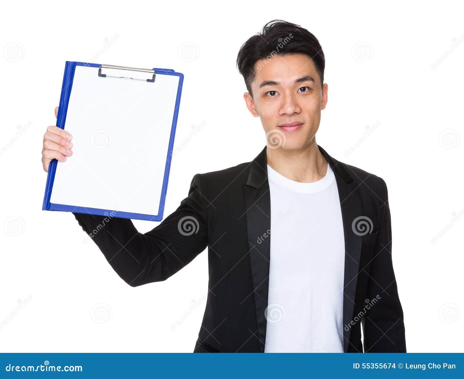 Giovane manifestazione dell uomo d affari con la lavagna per appunti ed il Libro Bianco