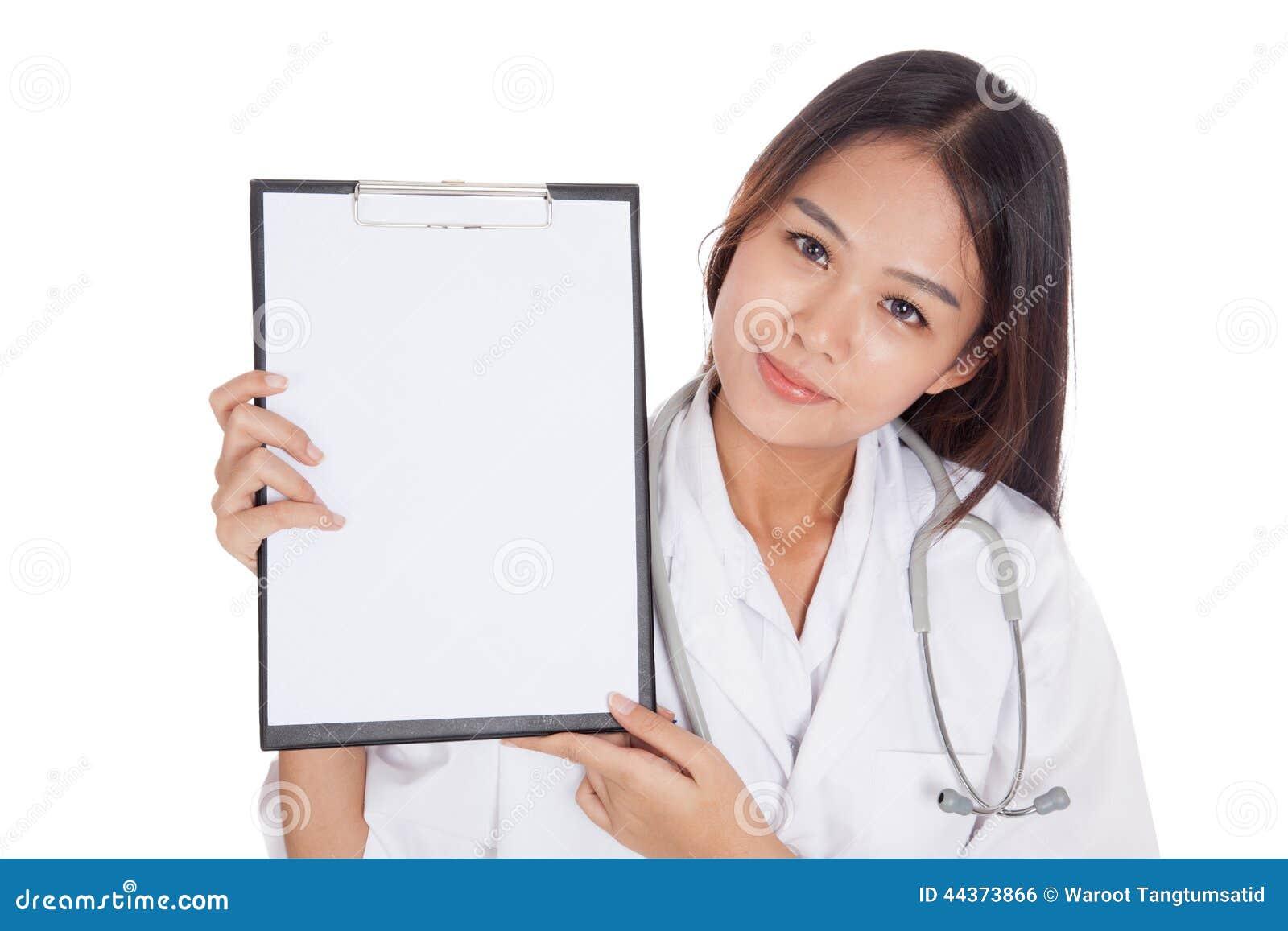 Giovane manifestazione femminile asiatica di medico una lavagna per appunti in bianco