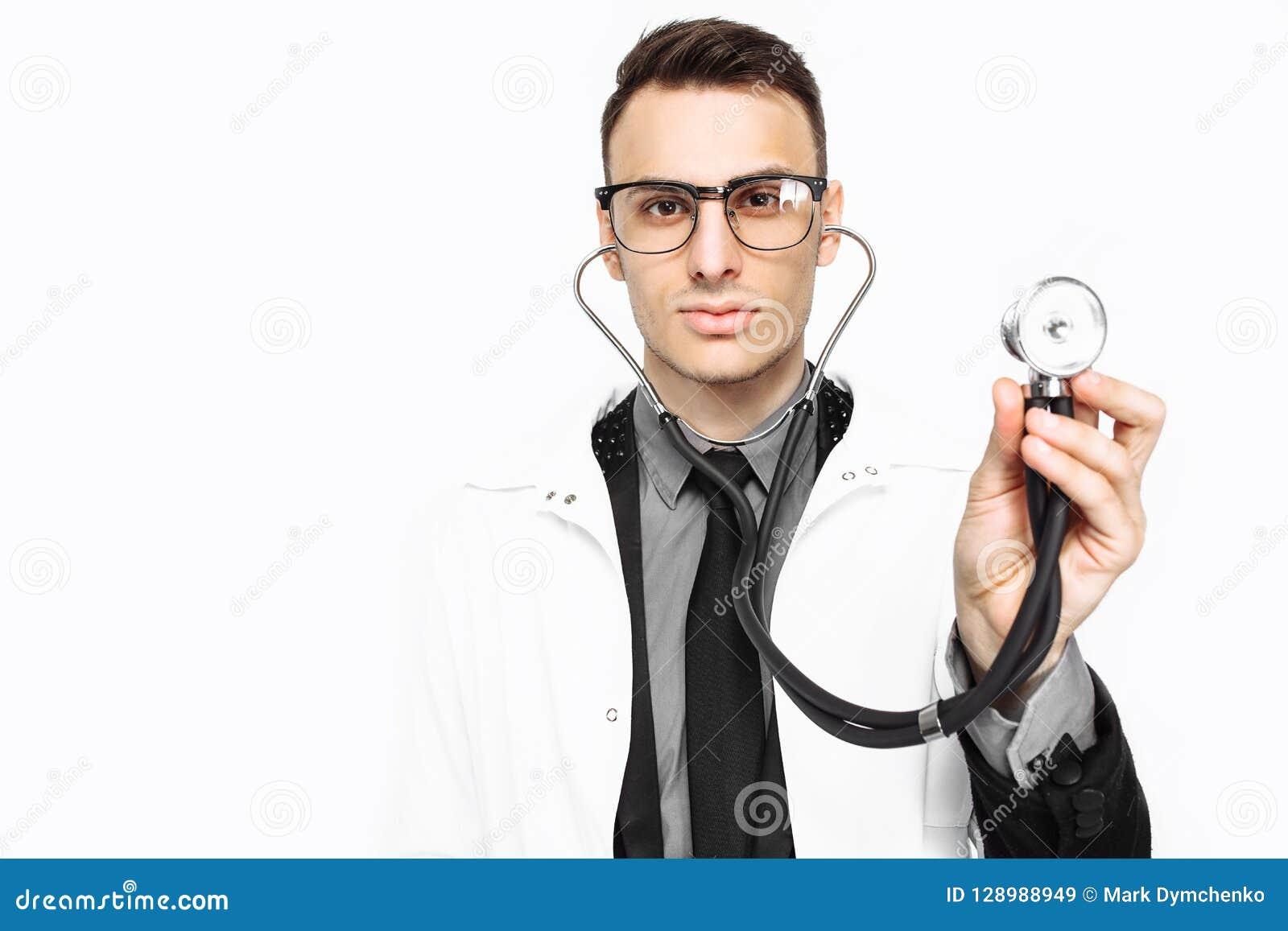 Giovane medico che mostra uno stetoscopio all indagine Primo piano, mano
