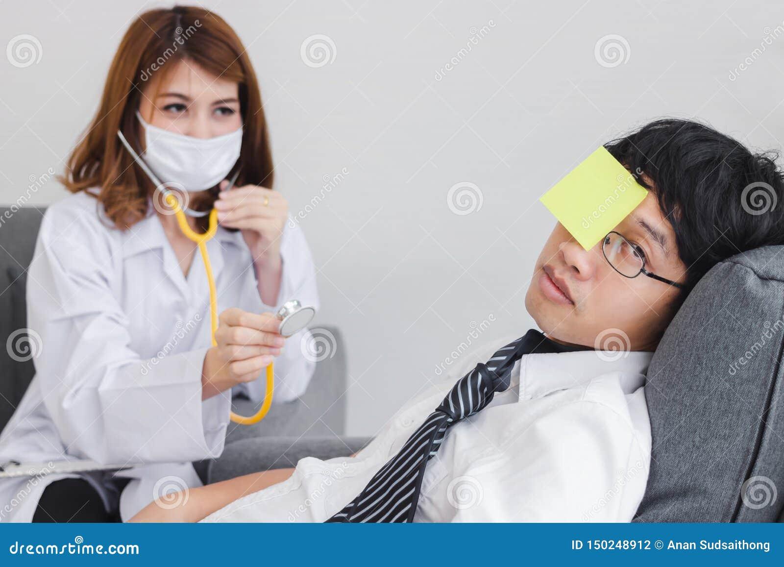 Giovane medico femminile asiatico con la lavagna per appunti che diagnostica l uomo sovraccarico disabile di affari