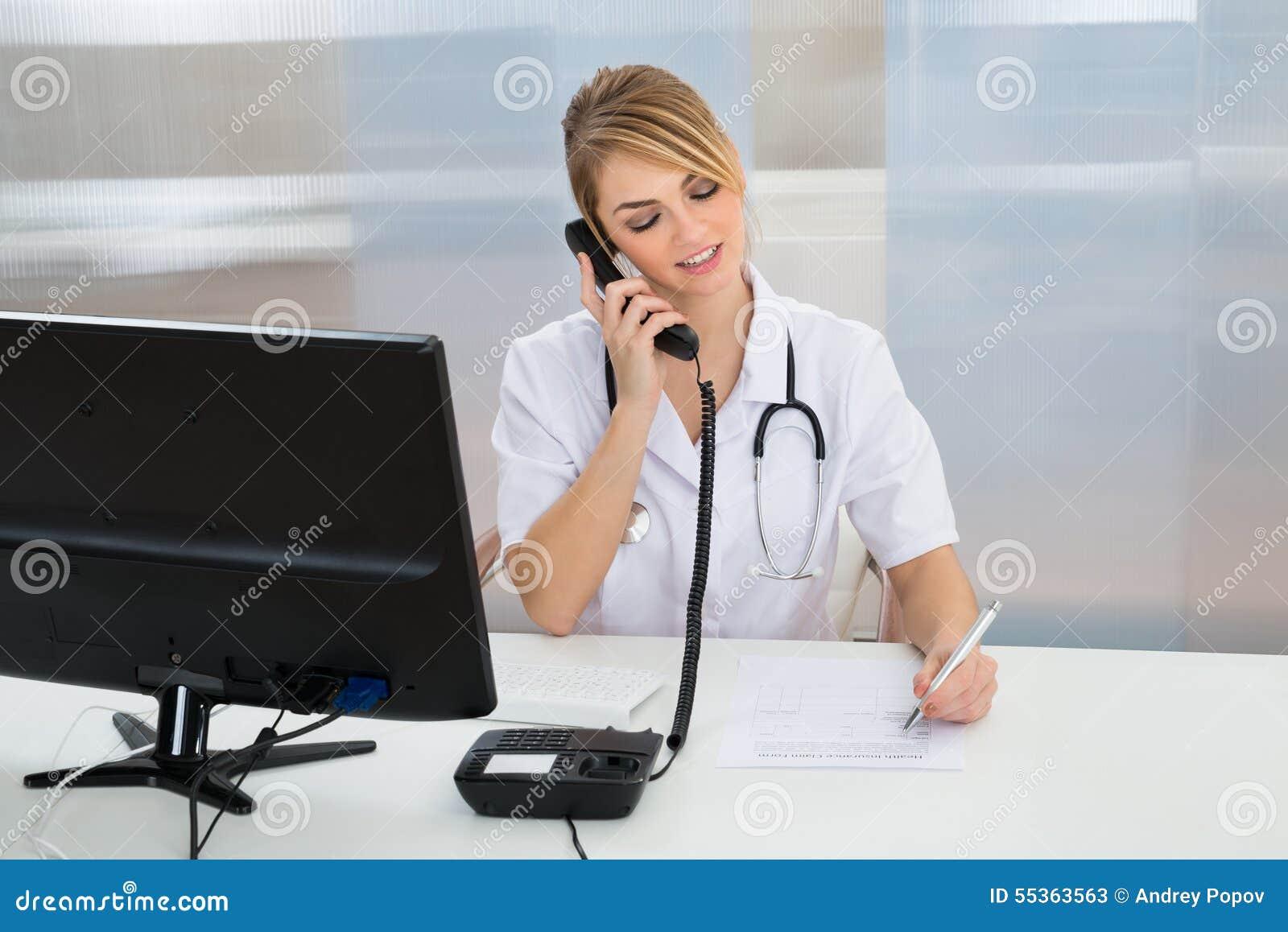 Giovane medico femminile che parla sul telefono