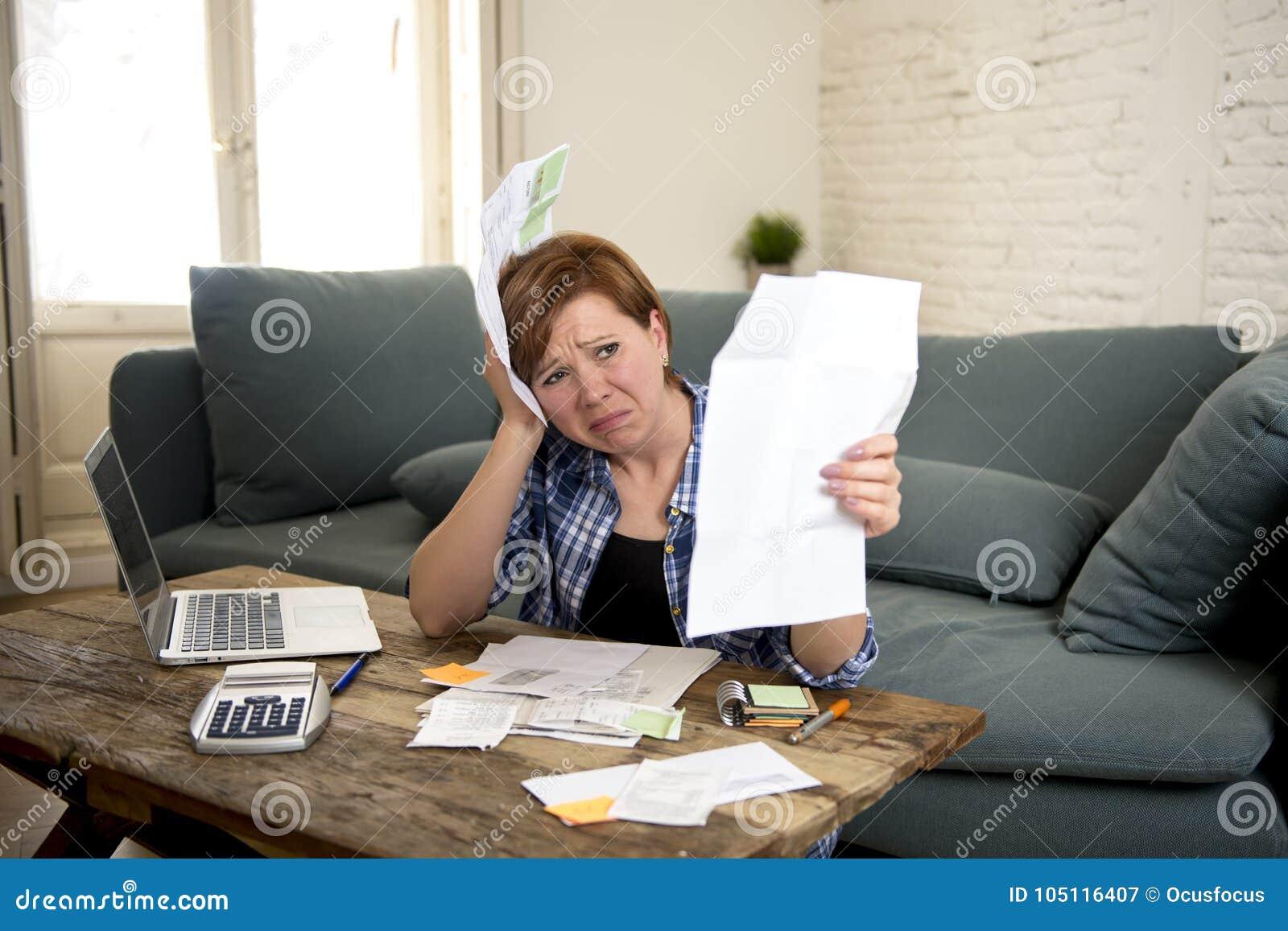 Giovane mensile domestico preoccupato e disperato triste di attività bancarie e di contabilità della donna e spese della carta di