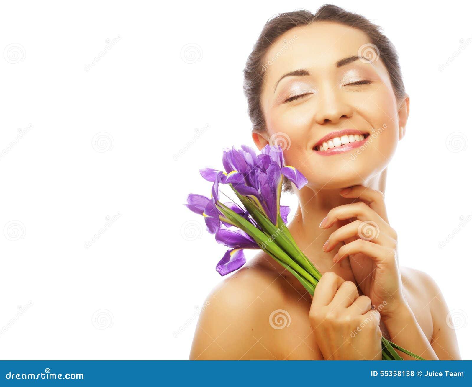 Giovane modello asiatico con i fiori dell iride