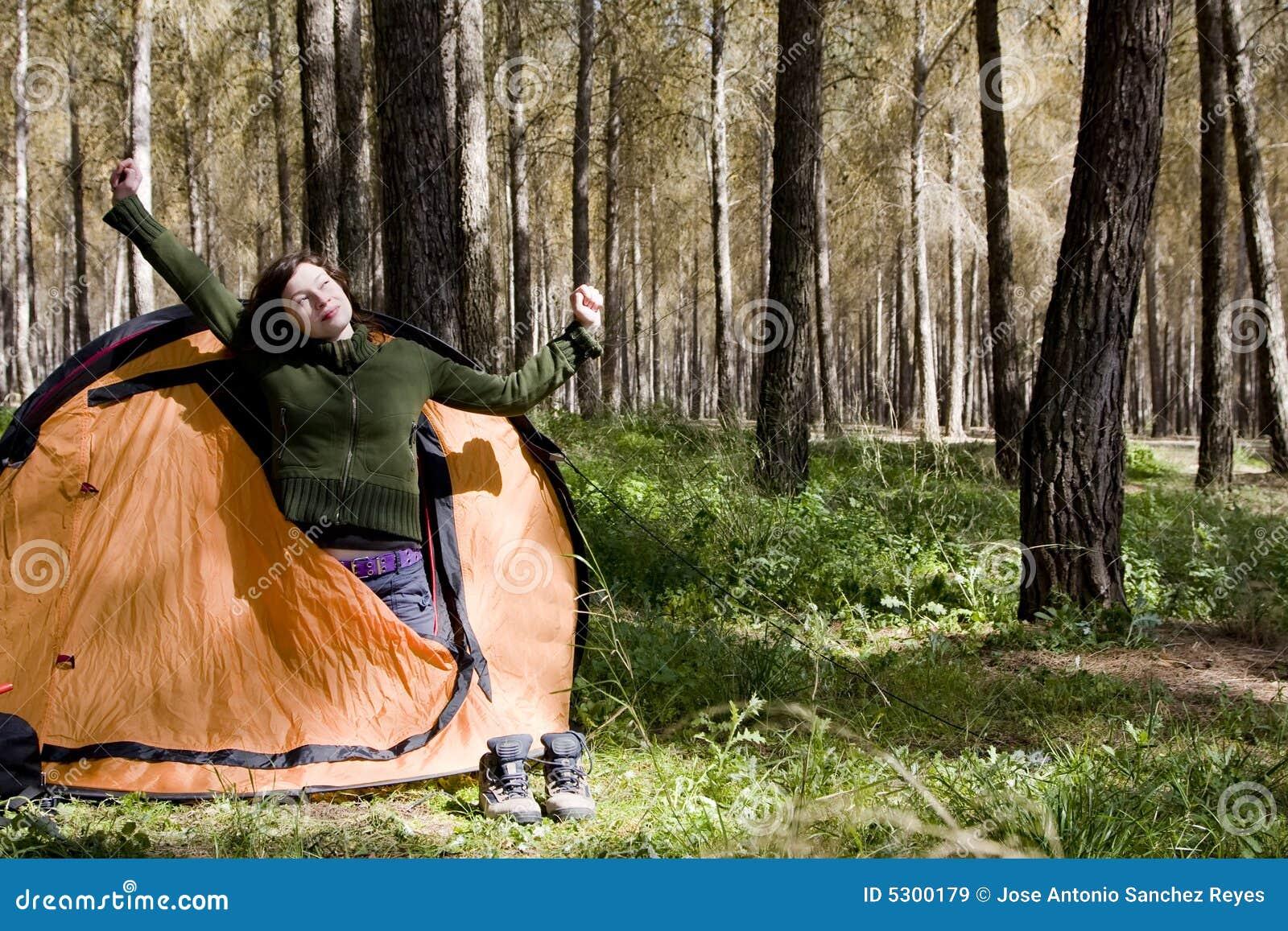 Download Giovane Montaineer Che Sveglia Immagine Stock - Immagine di caucasico, casuale: 5300179