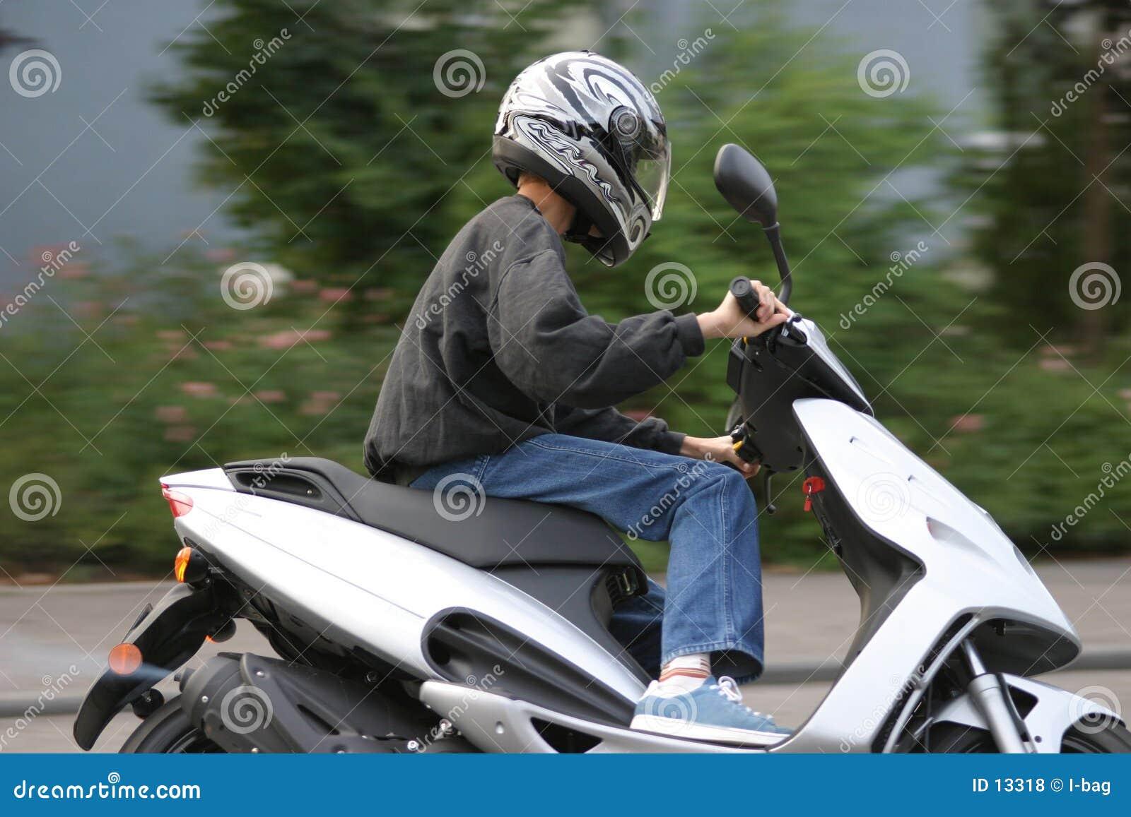 Giovane motociclista maschio
