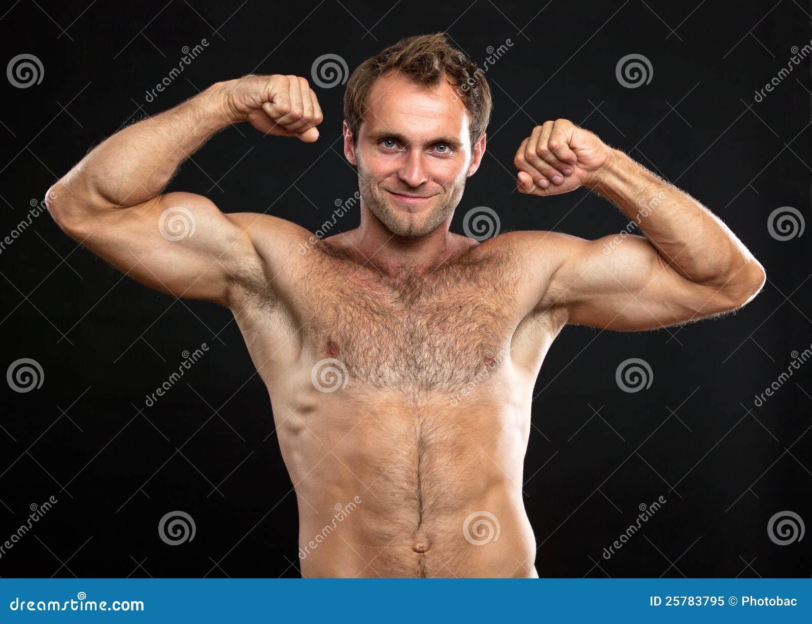 Giovane muscolare che flette il suo bice