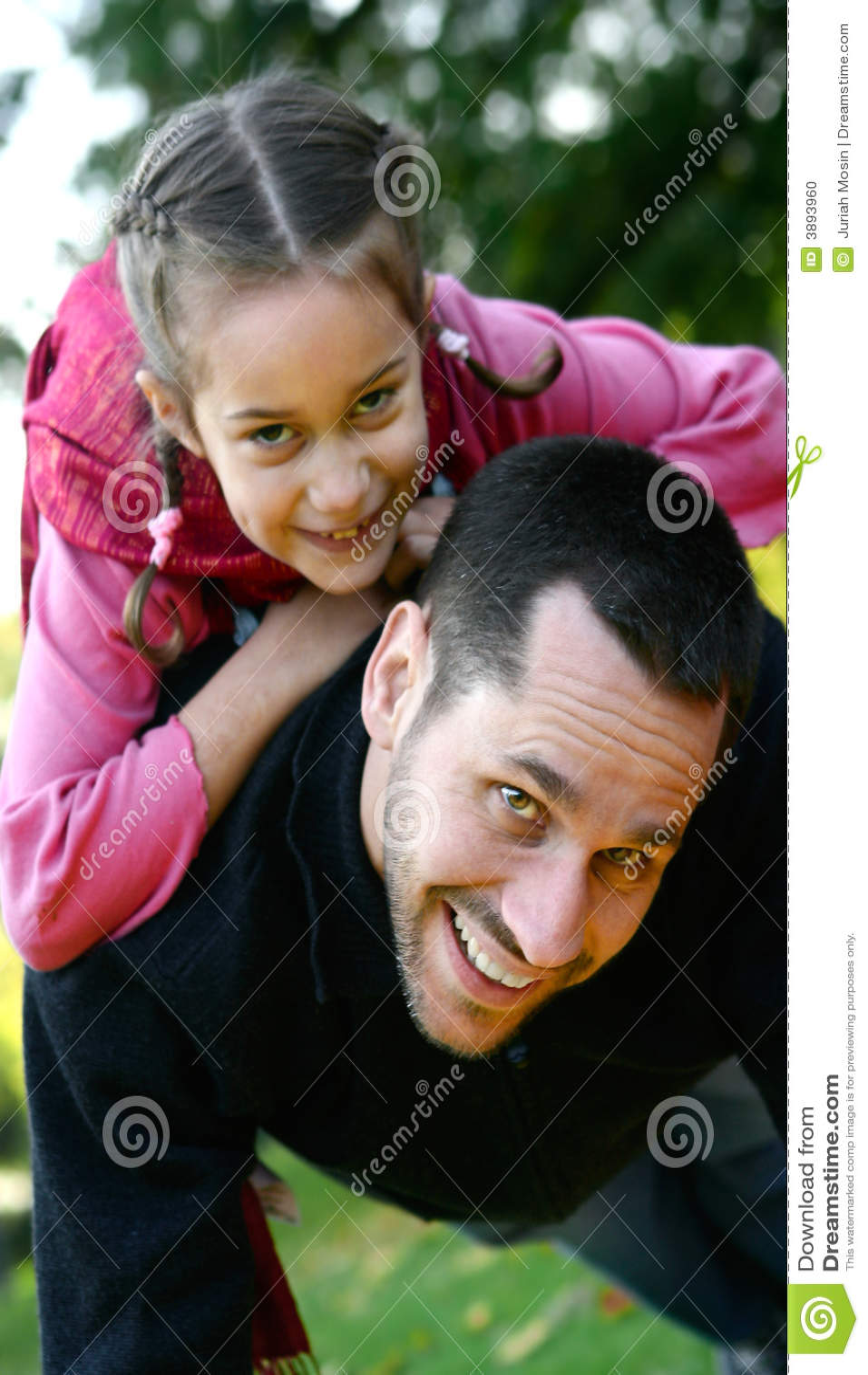 Giovane padre che alza la sua figlia in su