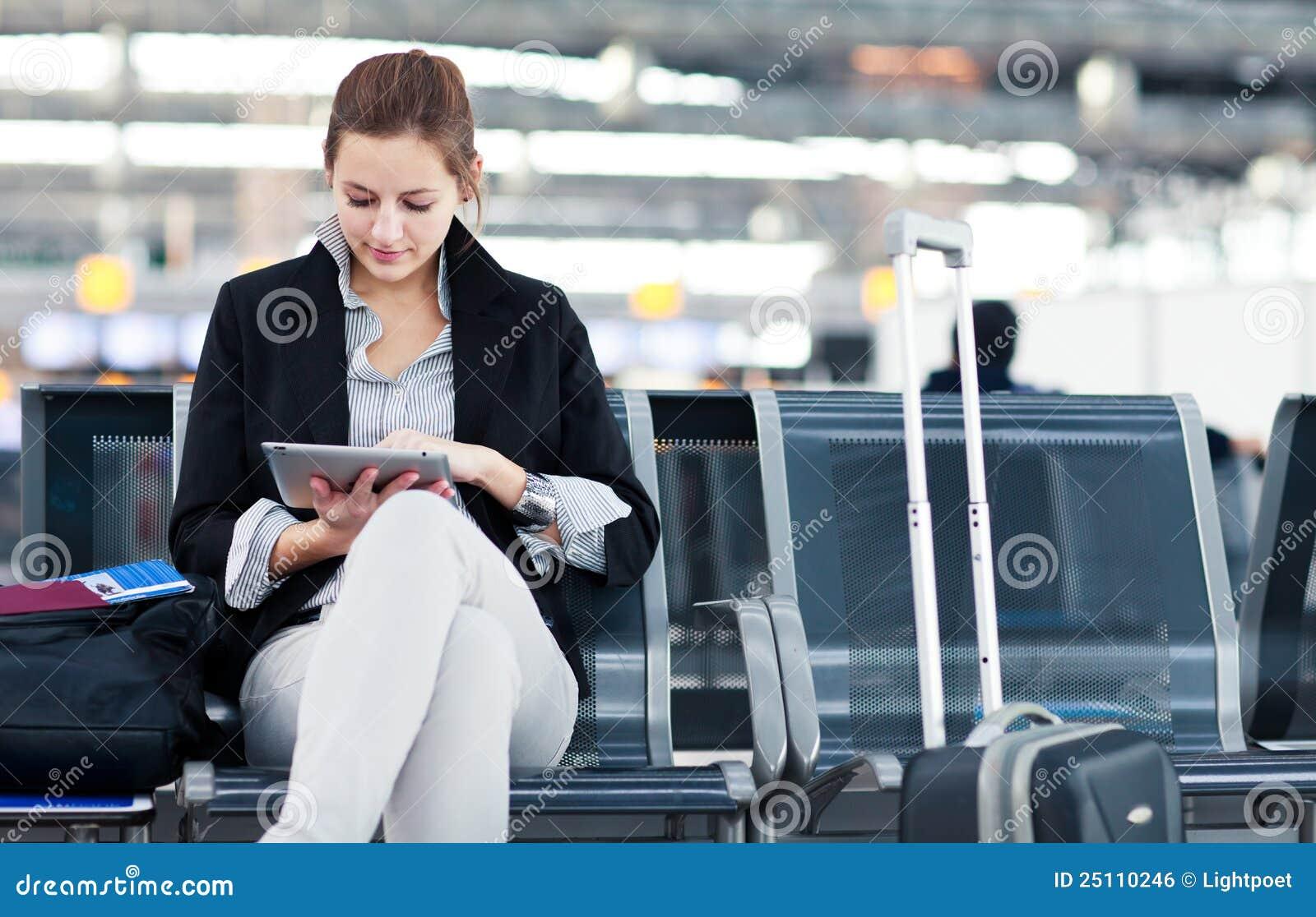 Giovane passeggero femminile all aeroporto
