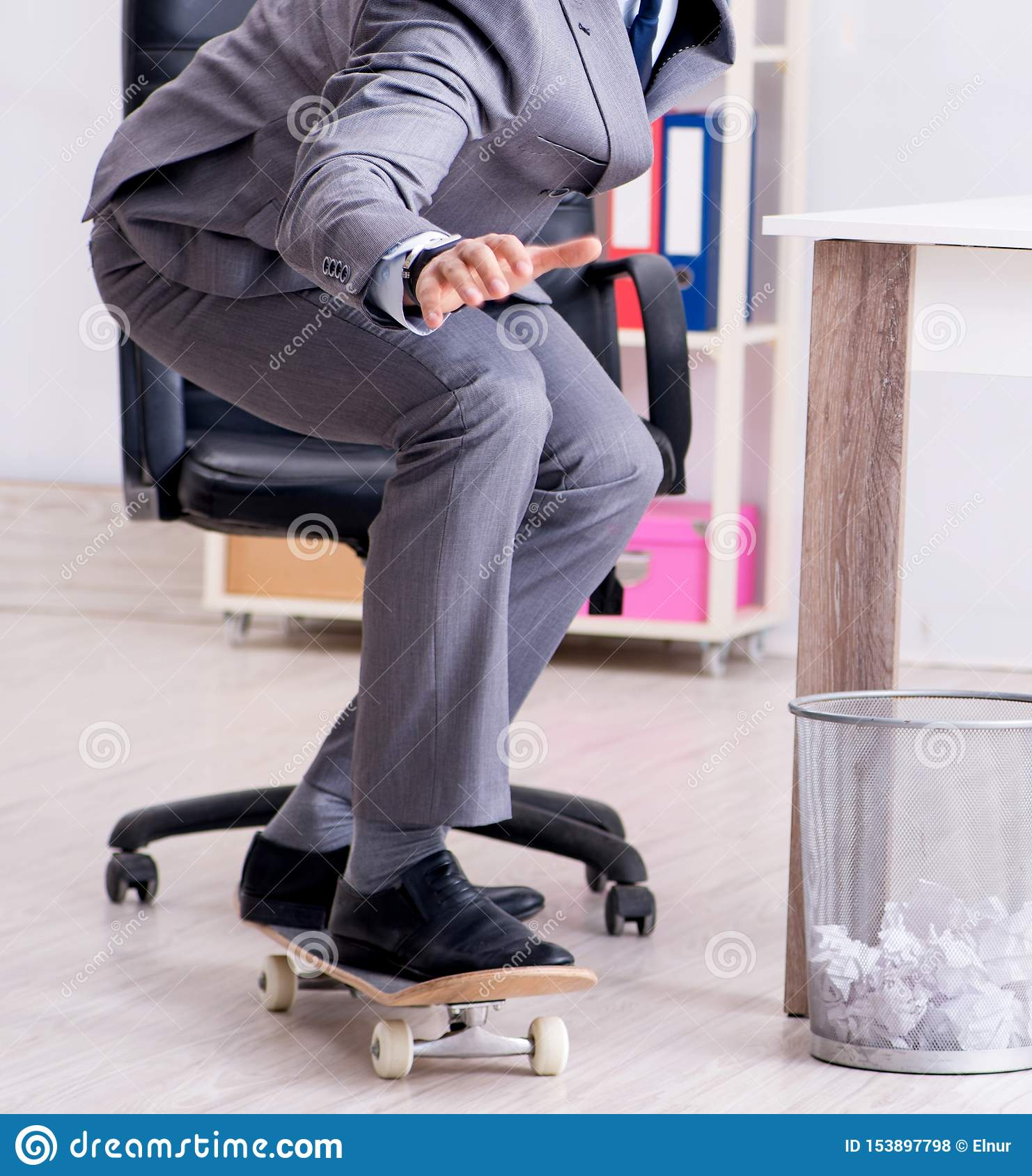 Giovane pattino di guida dell uomo d affari in ufficio durante la pausa