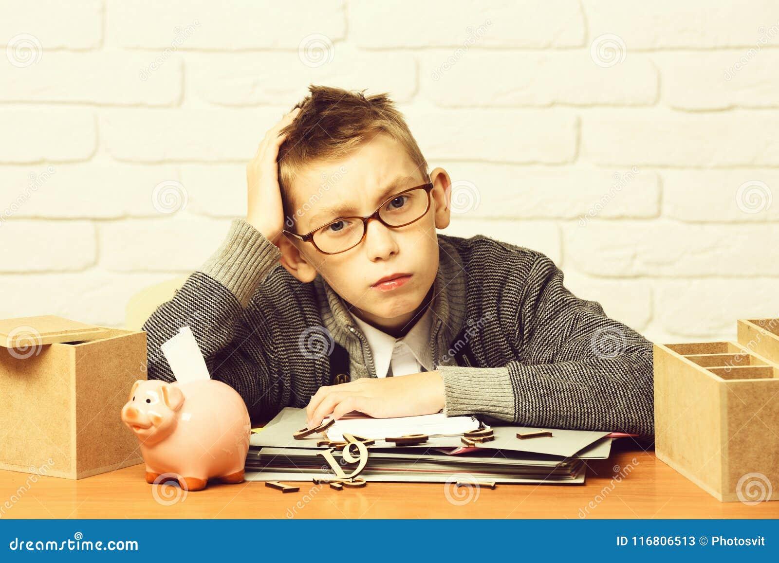 Giovane piccolo ragazzo sveglio dell allievo