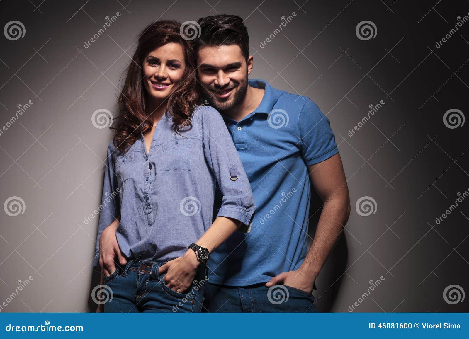 Giovane posa felice delle coppie di modo abbracciata