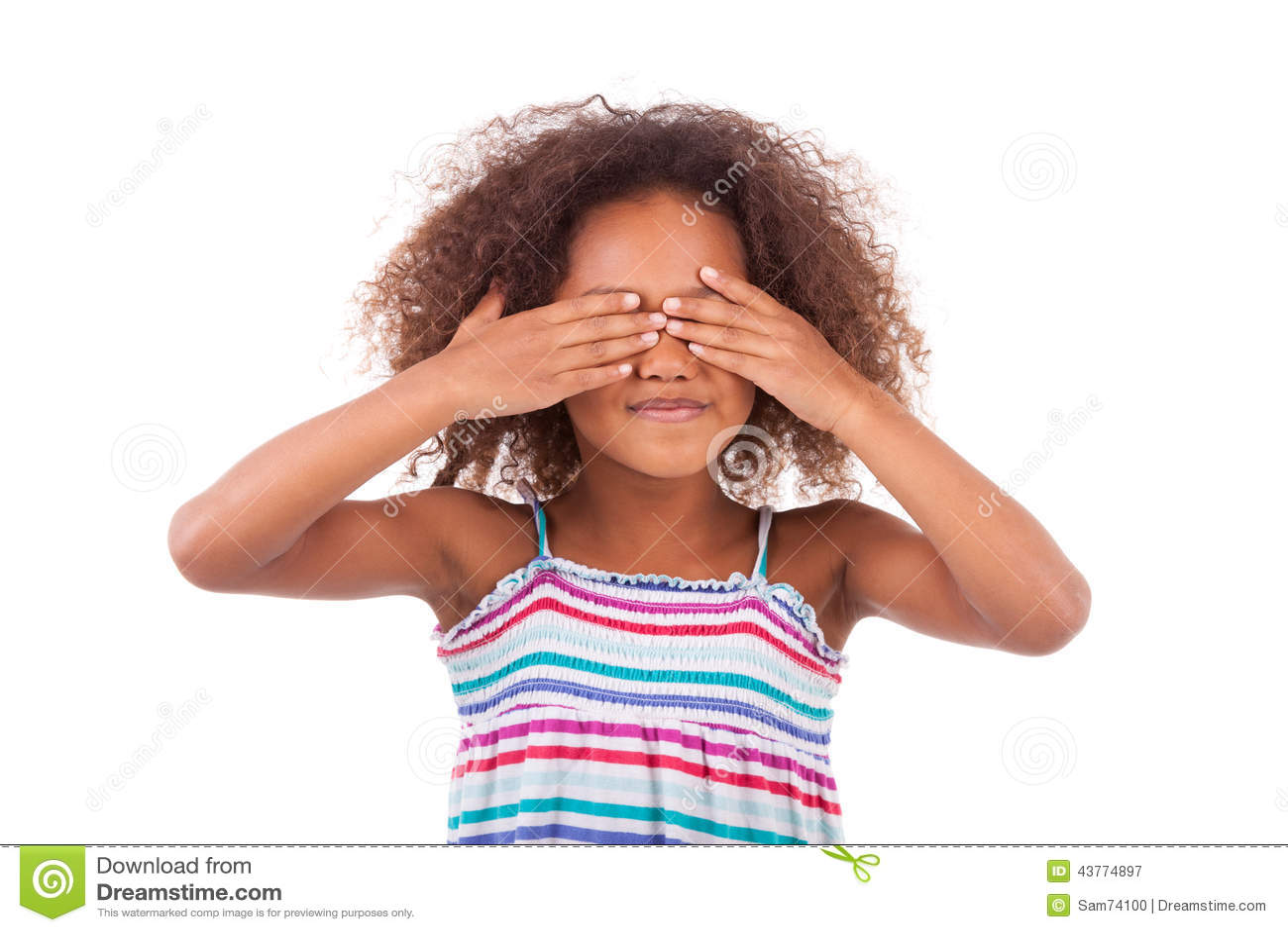 Giovane ragazza afroamericana sveglia che la nasconde occhi - persone di colore
