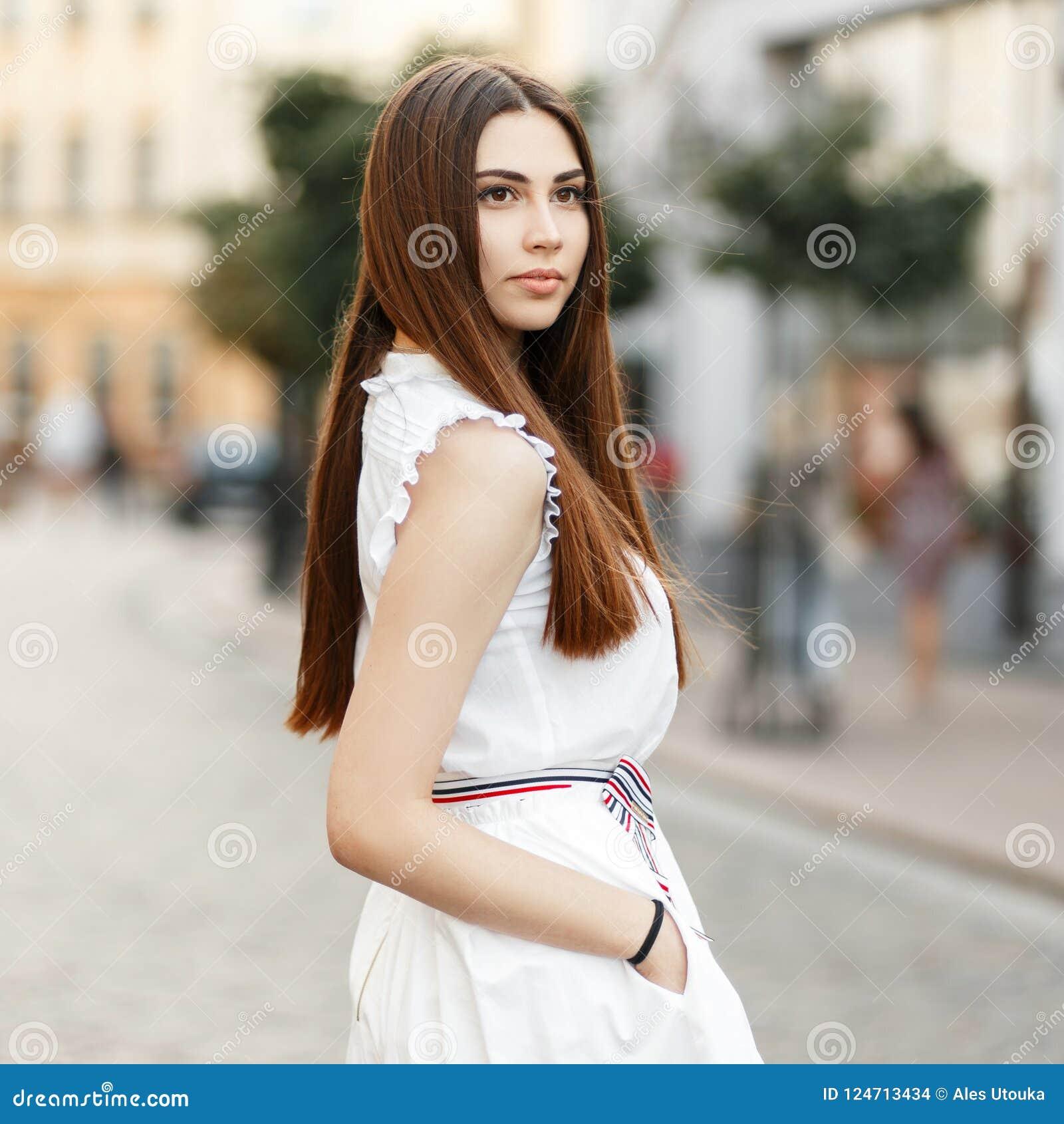 99dc7585fec4 Giovane Ragazza Alla Moda In Vestiti Bianchi Nella Città Fotografia ...