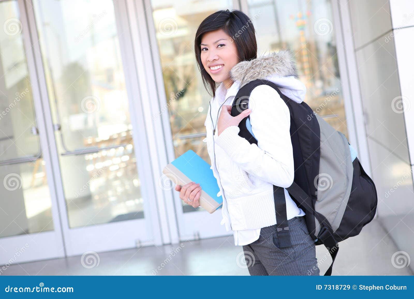 Giovane ragazza asiatica al banco
