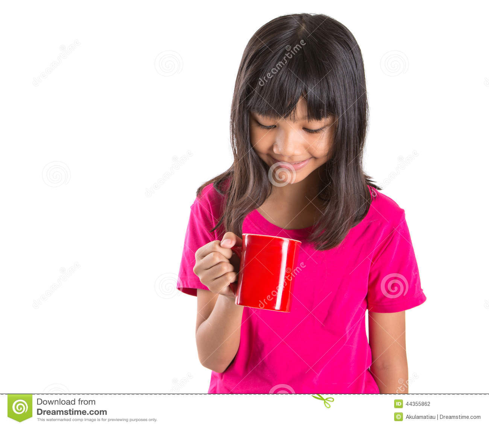 Giovane ragazza asiatica con la tazza rossa II