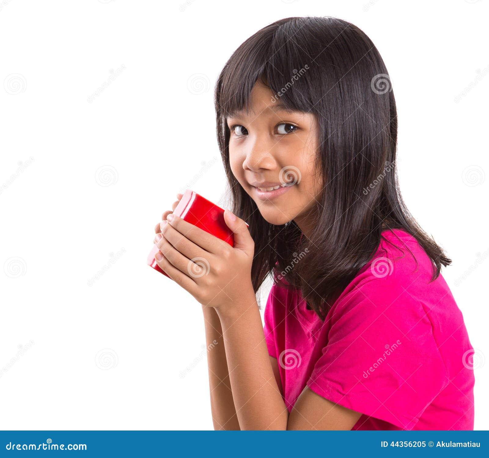 Giovane ragazza asiatica con la tazza rossa VIII