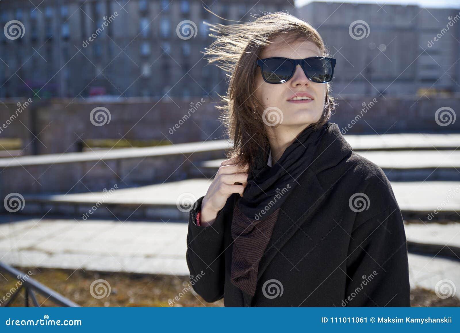 Capelli corti grigi alla moda