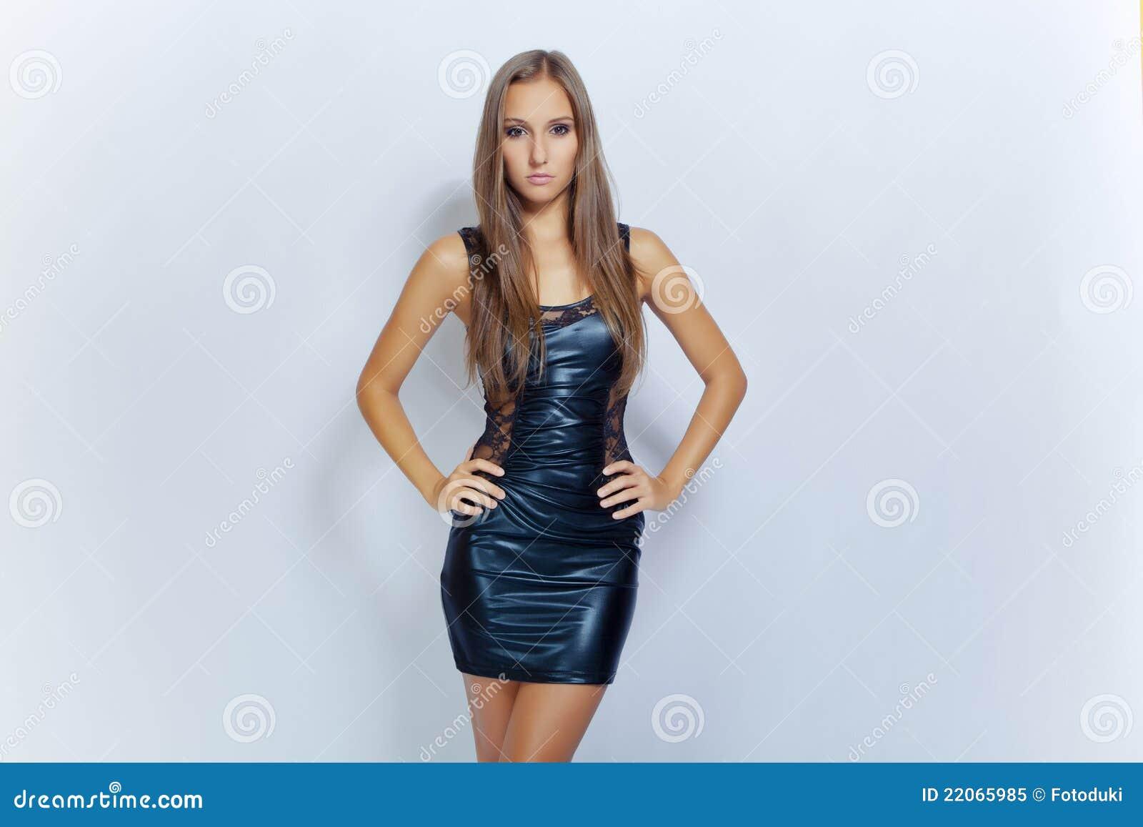 770841dd71b8 Giovane Ragazza Sexy Di Modo In Mini Vestito Nero Immagine Stock ...
