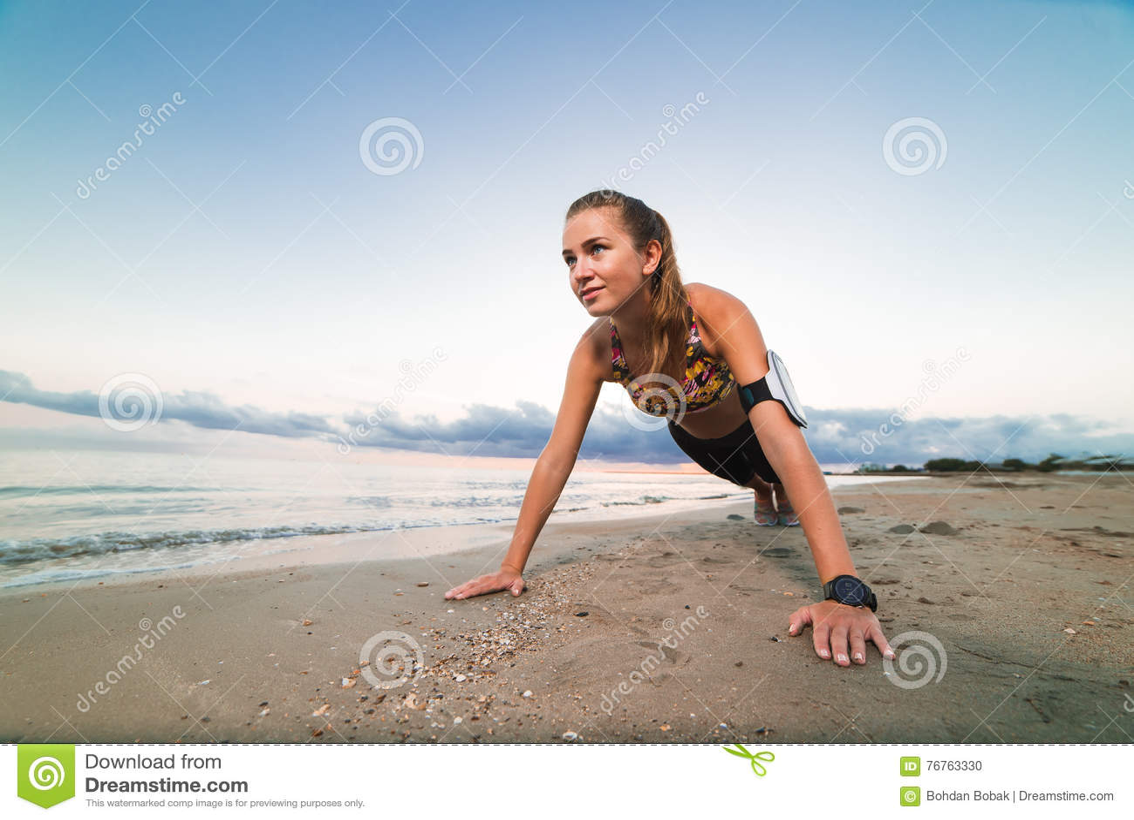 Ragazza Che Fa Cartwheel In Acqua Immagine Stock