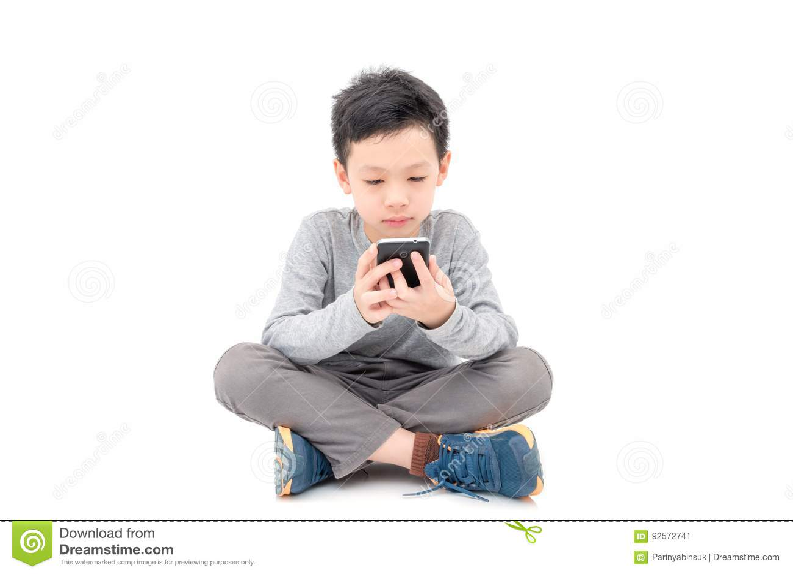Giovane ragazzo che gioca sullo Smart Phone