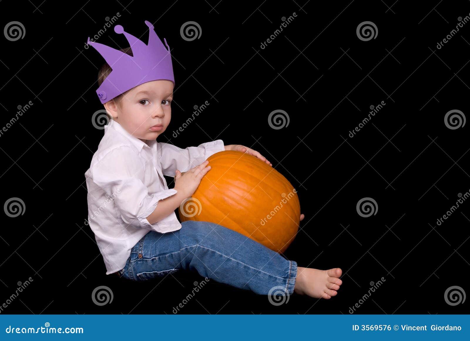 Giovane ragazzo con una zucca