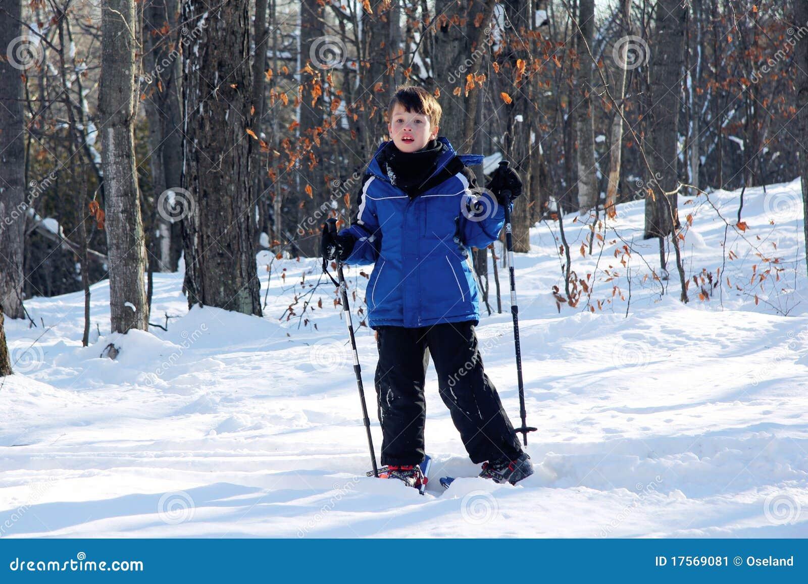 Giovane ragazzo sugli Snowshoes