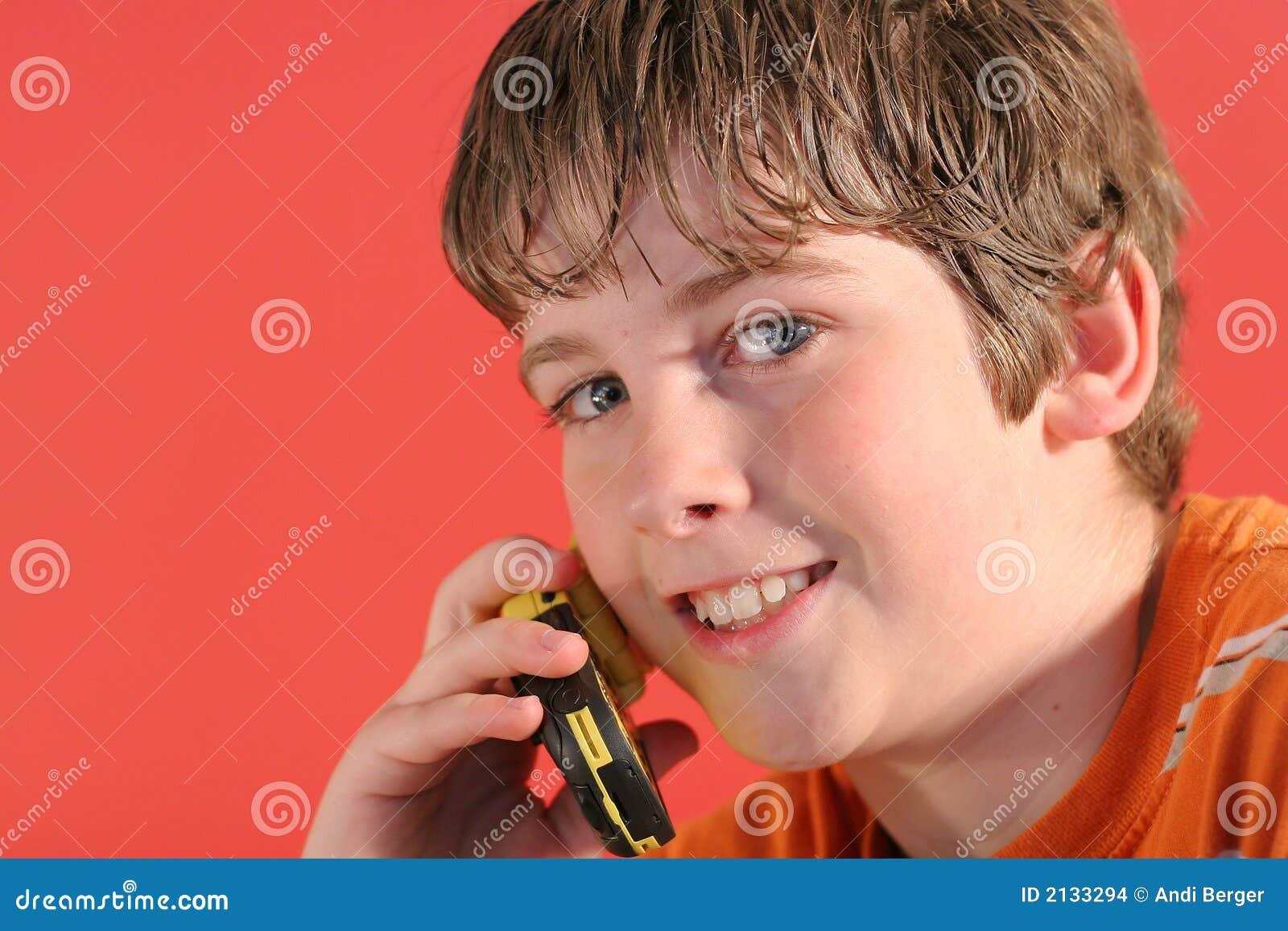 Giovane ragazzo sul telefono delle cellule