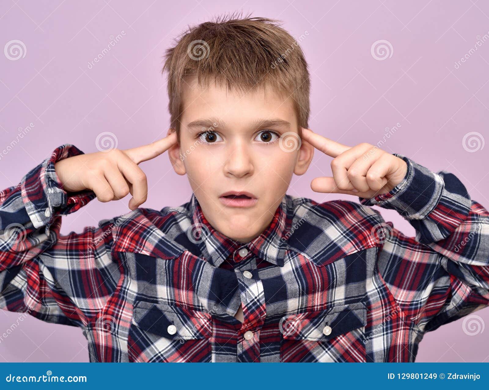 Giovane ragazzo sveglio con i dito indice sulla sua testa