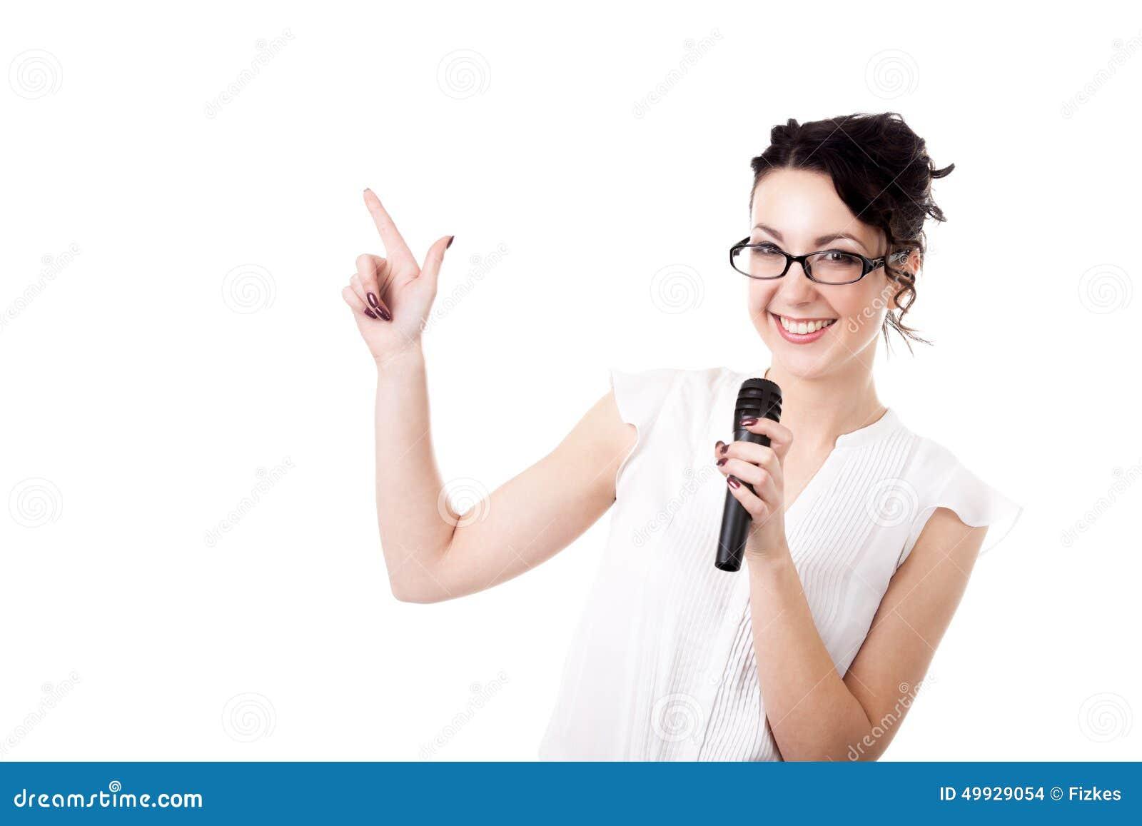Giovane relatore della donna dell ufficio con il microfono su fondo bianco