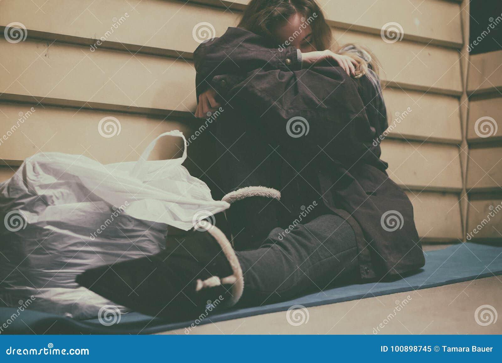 Giovane riparo di presa teenager senza tetto