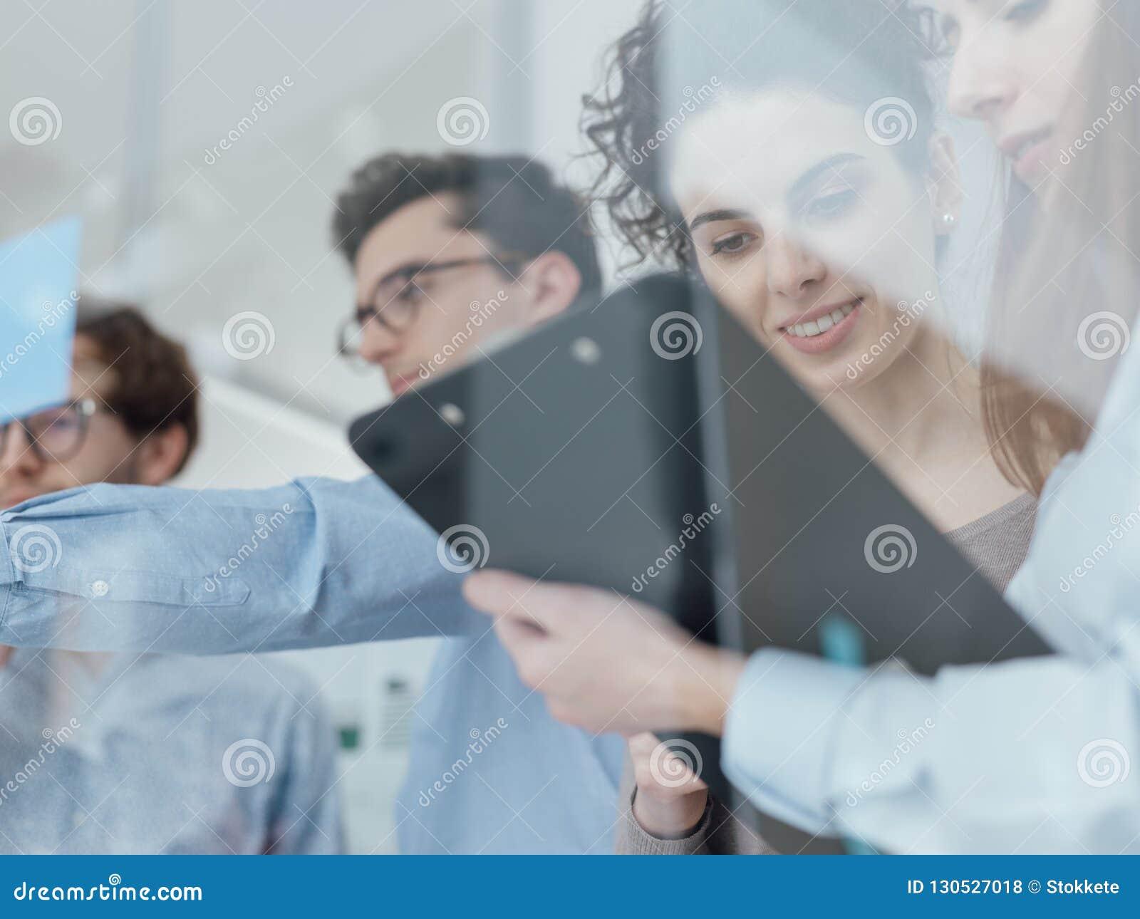 Giovane riunione del gruppo di affari nell ufficio