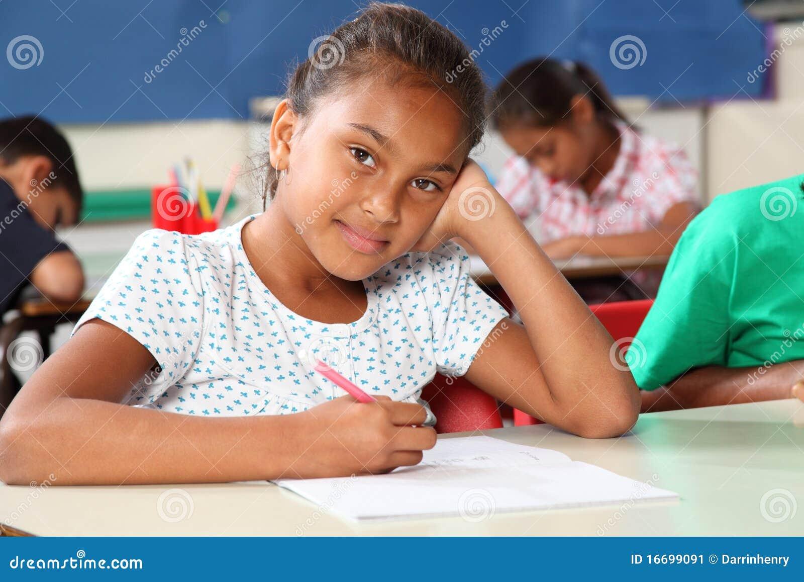 Giovane scolara premurosa nella scrittura dell aula