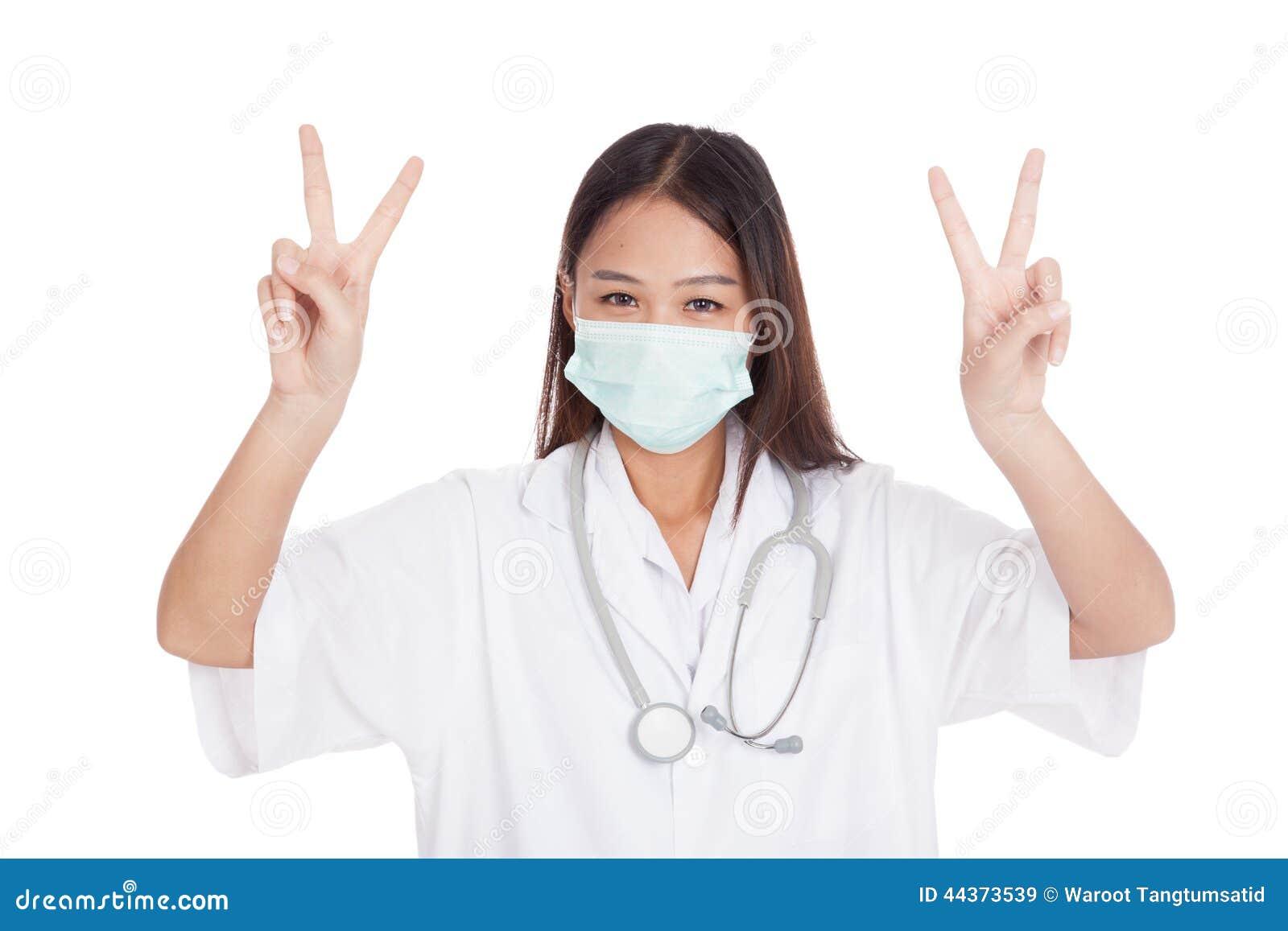Giovane segno femminile asiatico di vittoria di manifestazione di medico con entrambe le mani