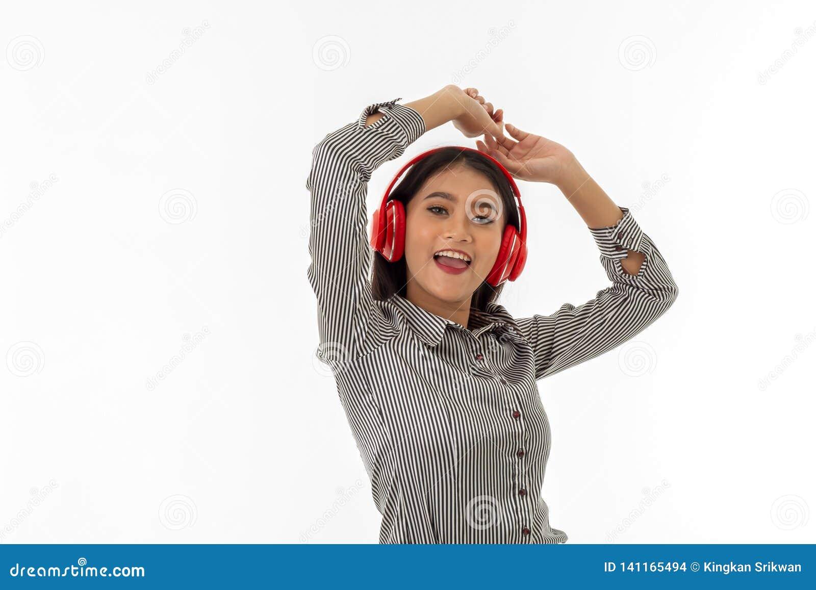 Giovane signora asiatica che indossa le cuffie rosse