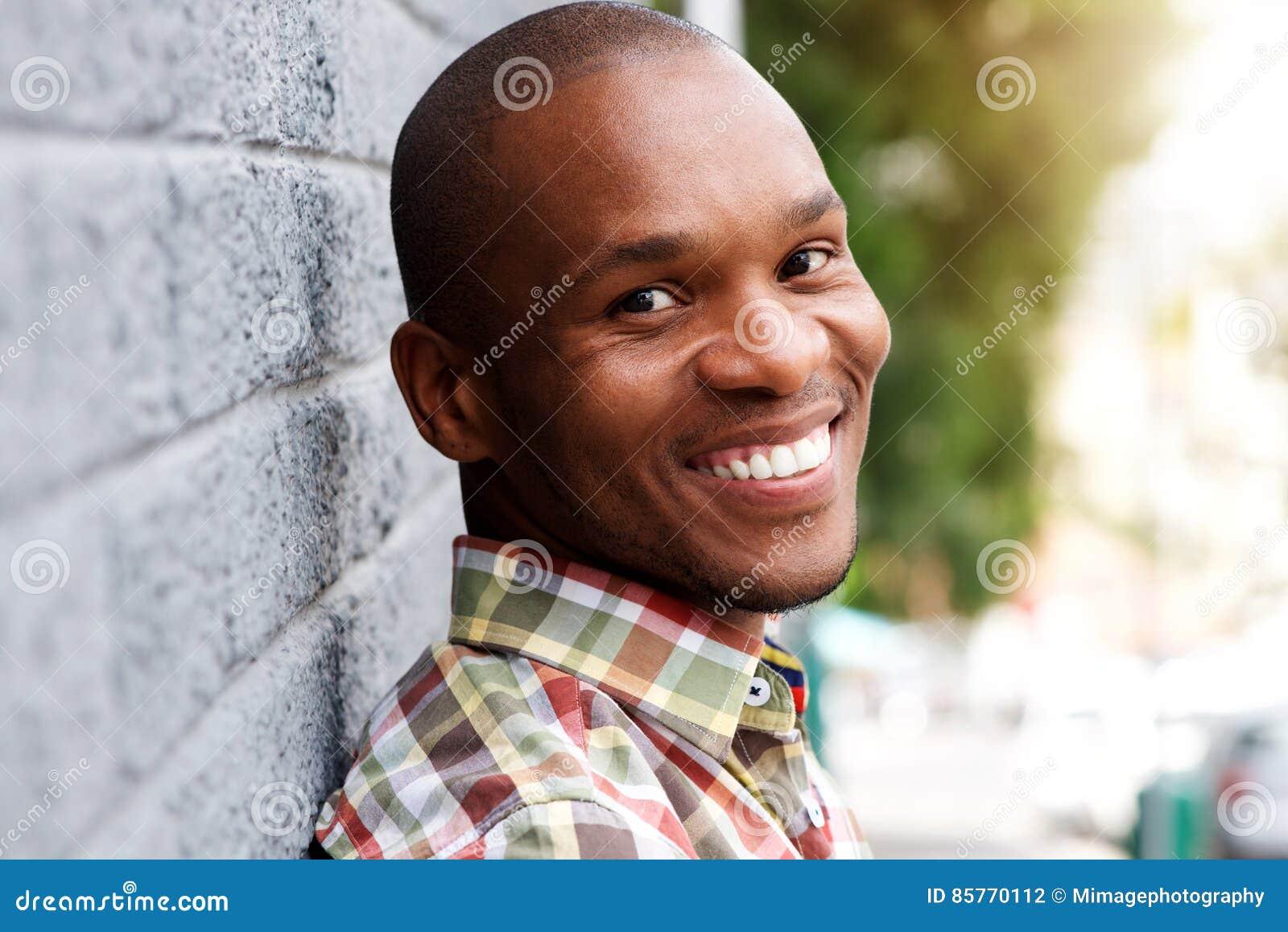 Giovane sorridere africano bello dell uomo