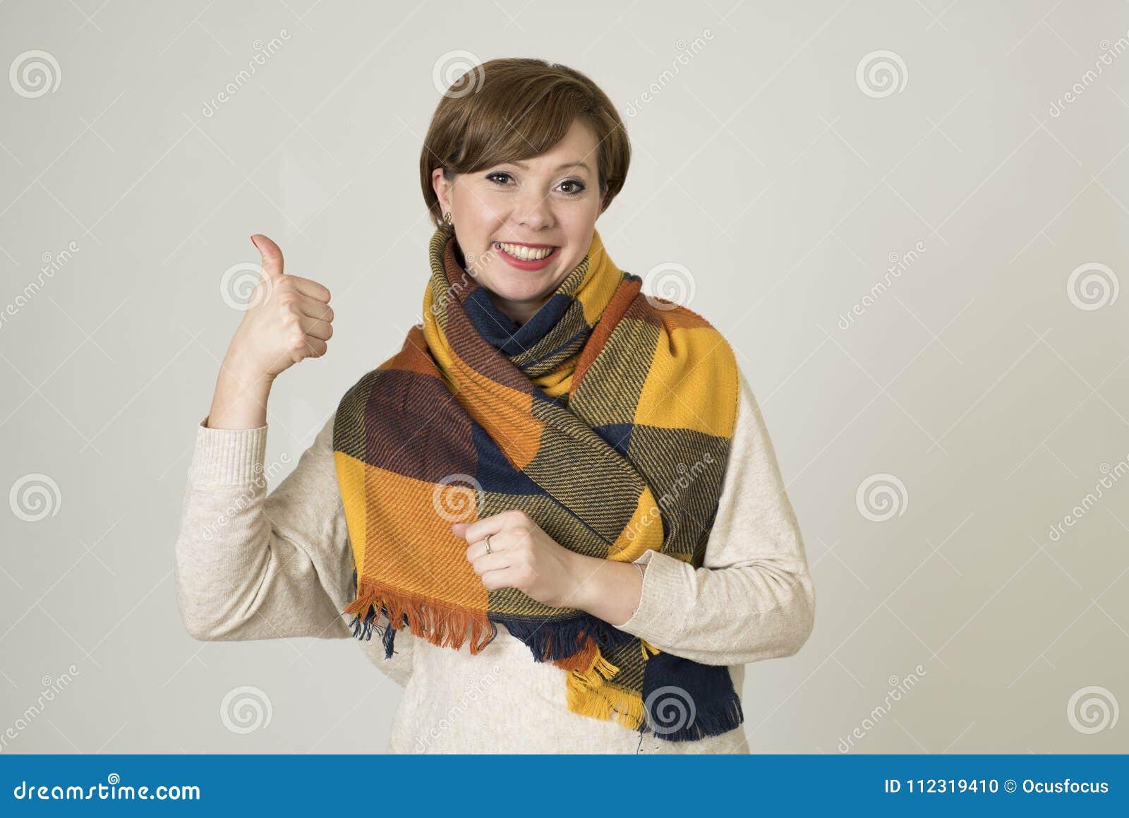 Giovane sorridere variopinto della bei e maglione della donna dei capelli 30s e sciarpa rossi alla moda di autunno felice