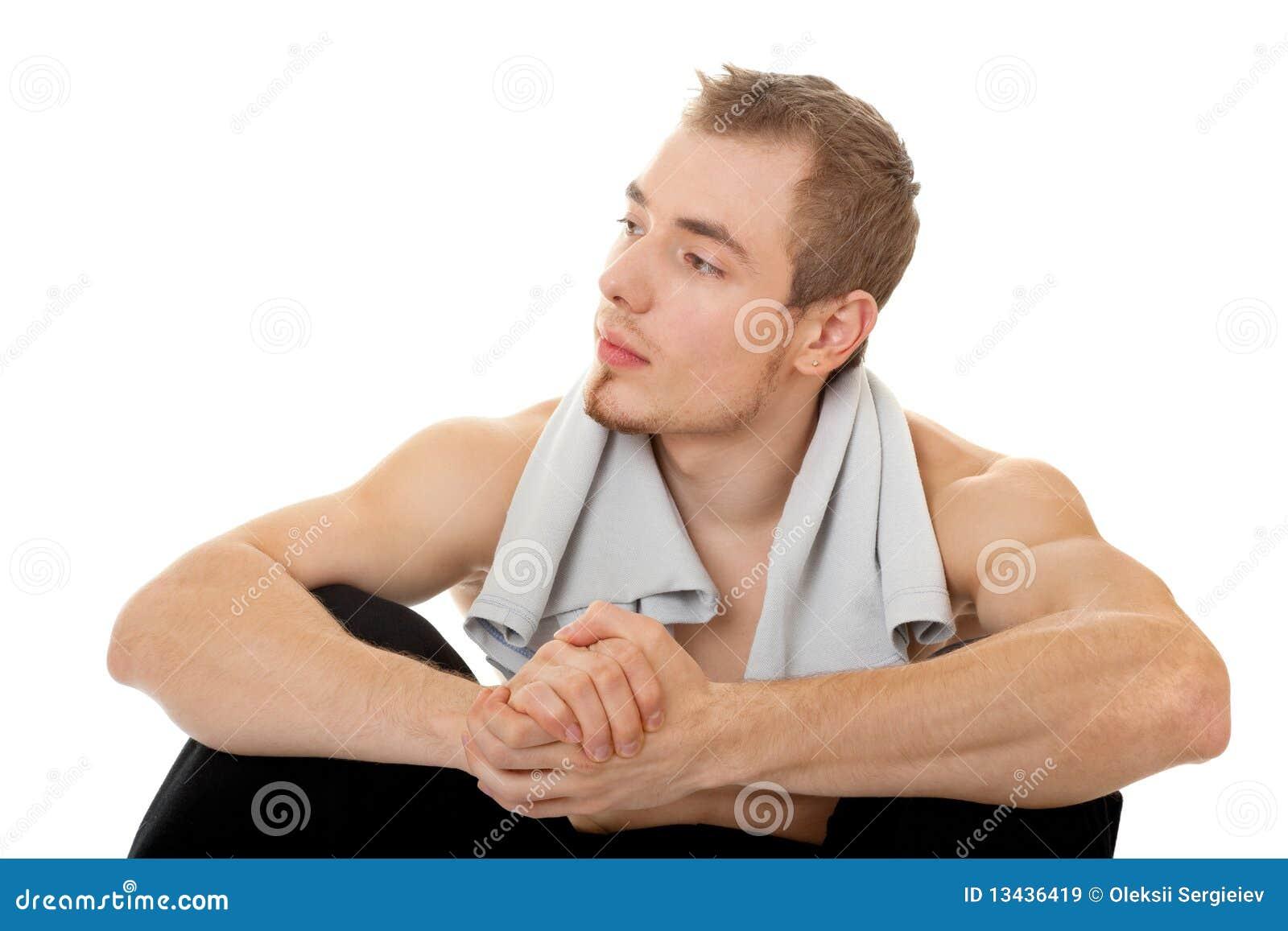 Giovane sportivo con un torso nudo