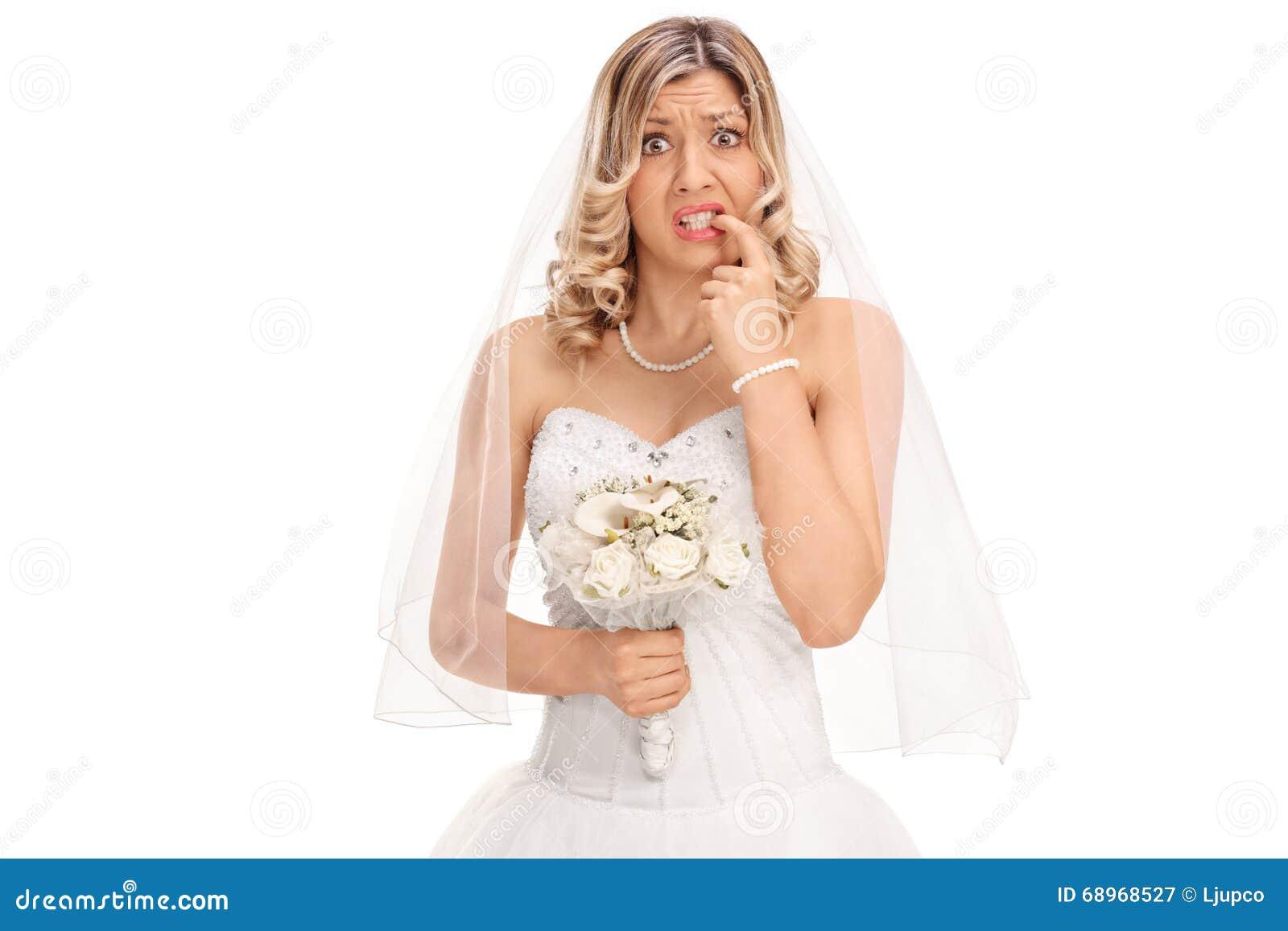 Giovane sposa nervosa che morde le sue unghie