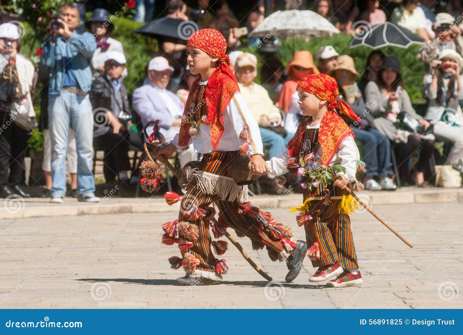 Giovane su gioielli nazionali nella festa in Bulgaria