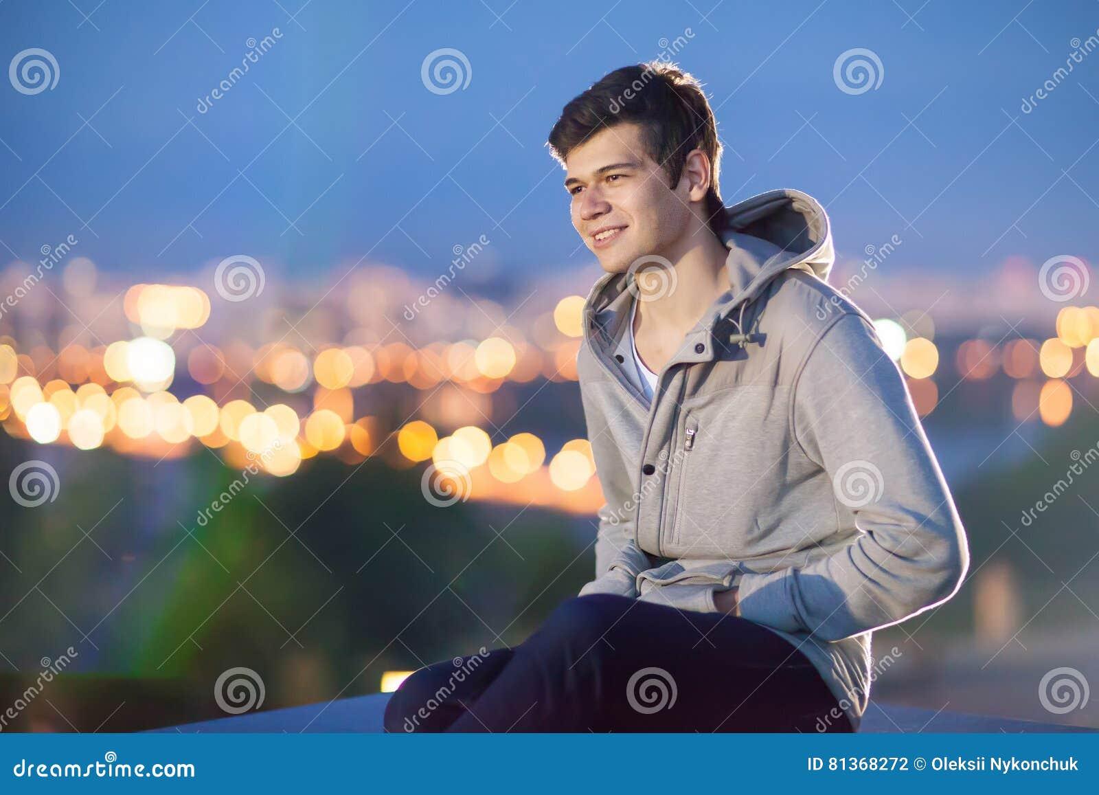 Giovane sui precedenti la città di notte