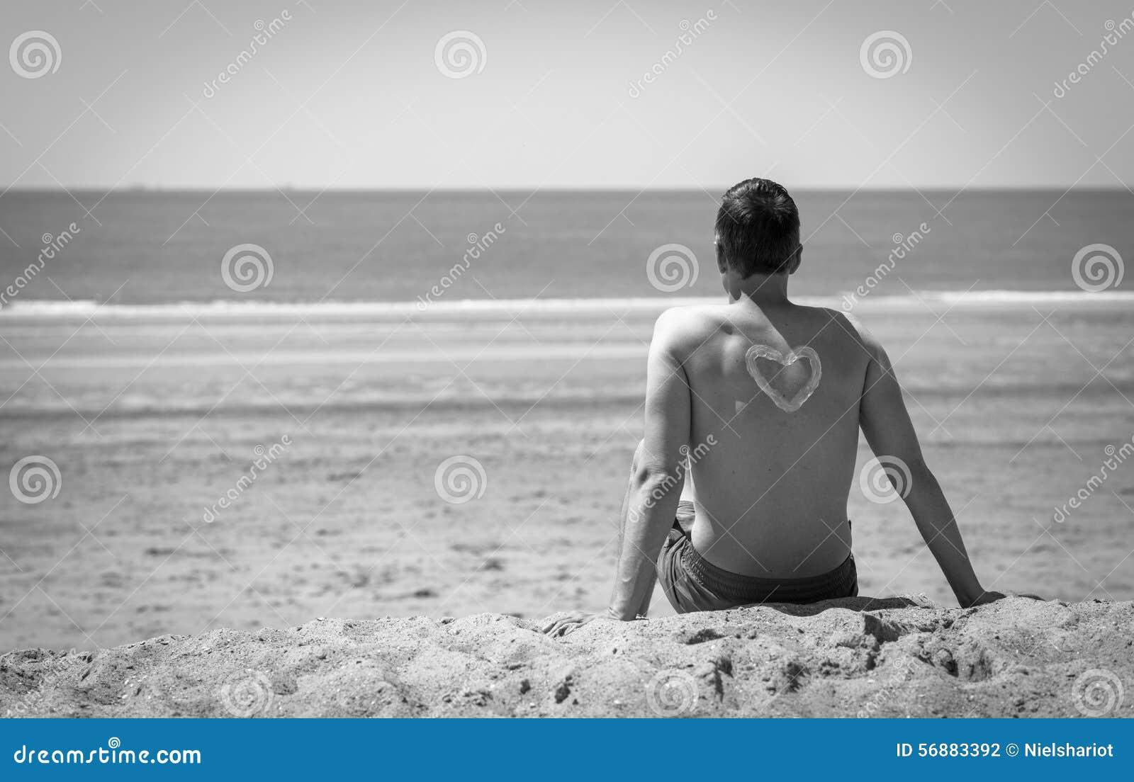 Giovane sulla spiaggia in bianco e nero