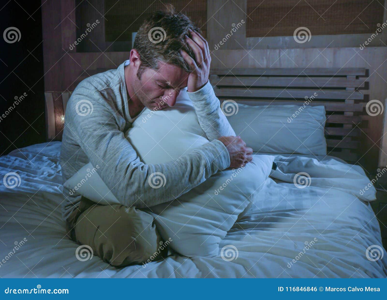 Giovane A Tarda Notte Sveglio Dell Uomo Triste E Disperato Sul Letto Nella Depressione Nell