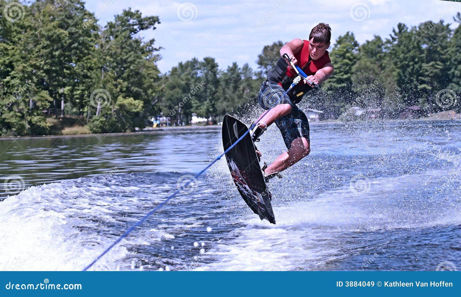 Giovane teenager sul wakeboard