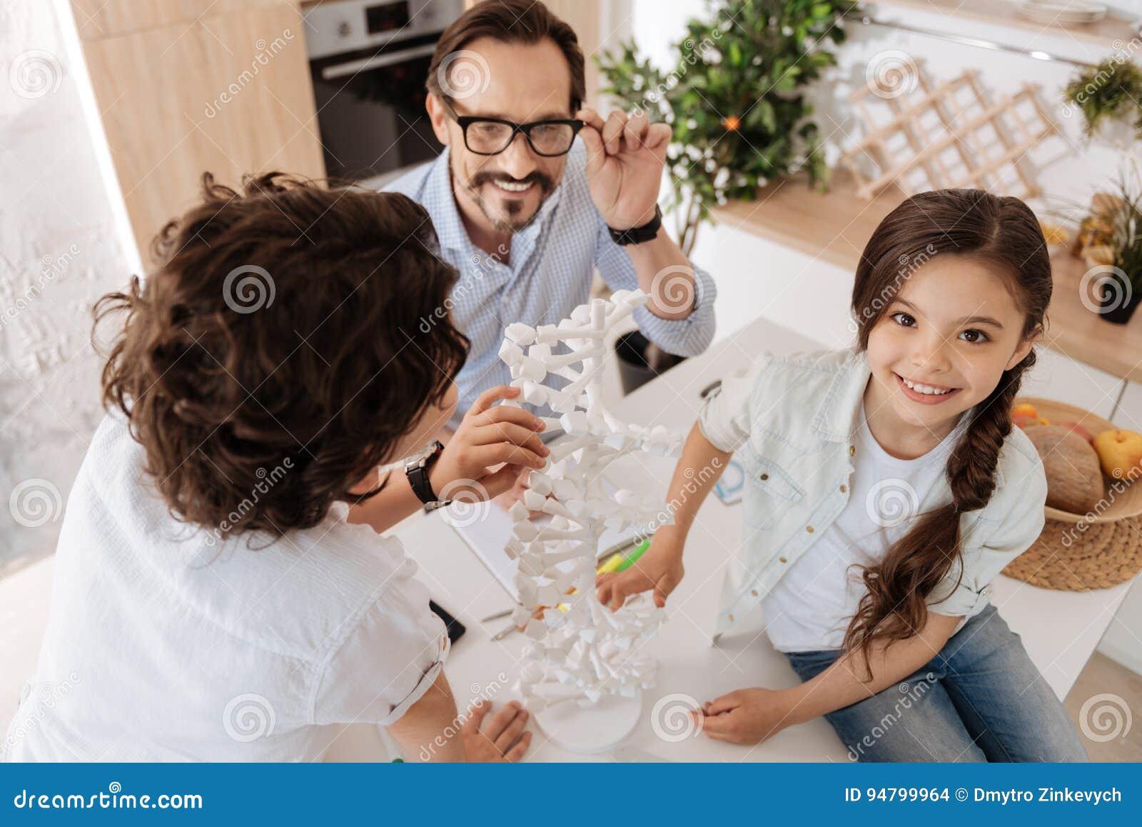 Giovane tempo felice di qualità di spesa del padre con i bambini