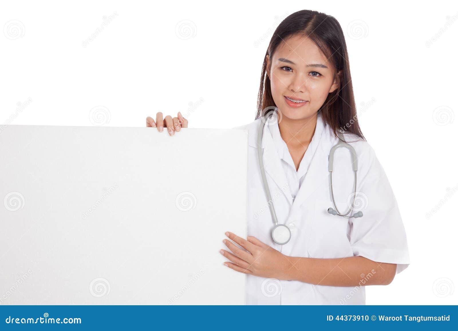 Giovane tenuta femminile asiatica di medico un segno in bianco