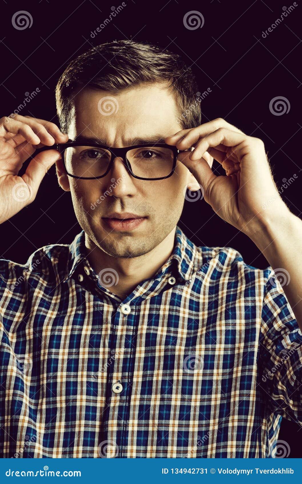 Giovane tipo, nerd in vetri e camicia a quadretti alla moda