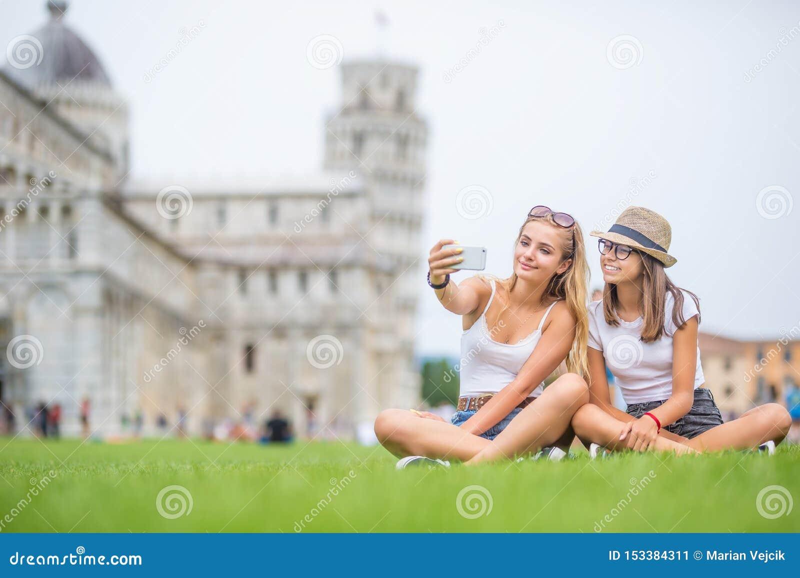 Giovane turista teenager del viaggiatore delle ragazze prima del selfie della torre di Pisa per l immagine o il video dello smart