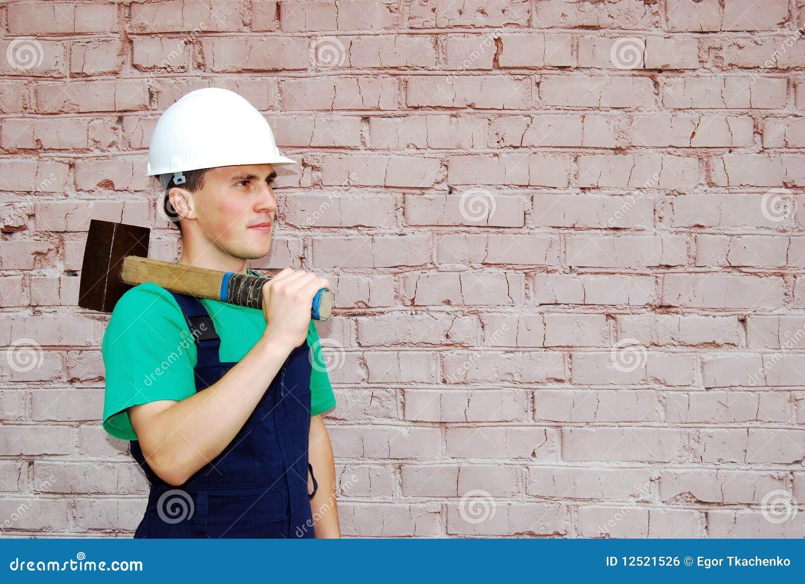 Giovane in un uniforme del costruttore.