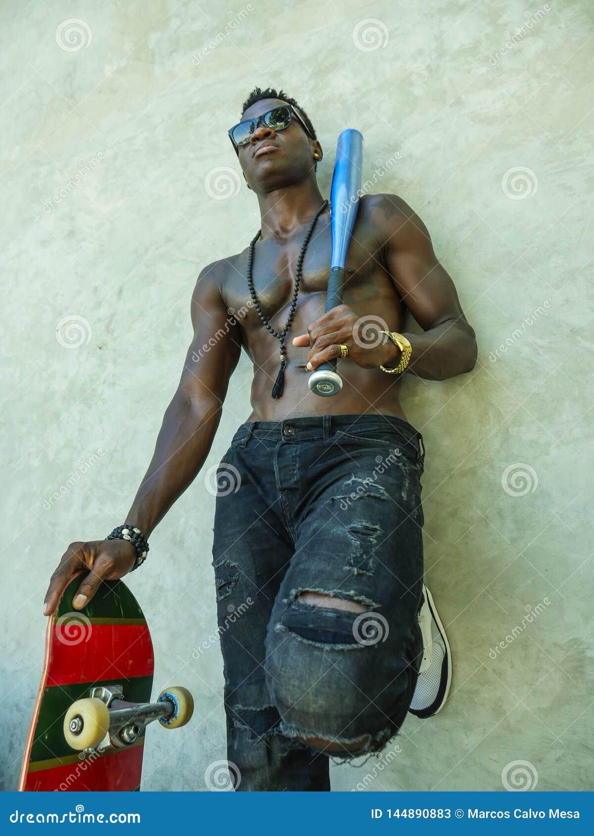 Giovane uomo americano dell africano nero attraente e bello con l ente muscolare adatto e addominali scolpiti che tengono il bord