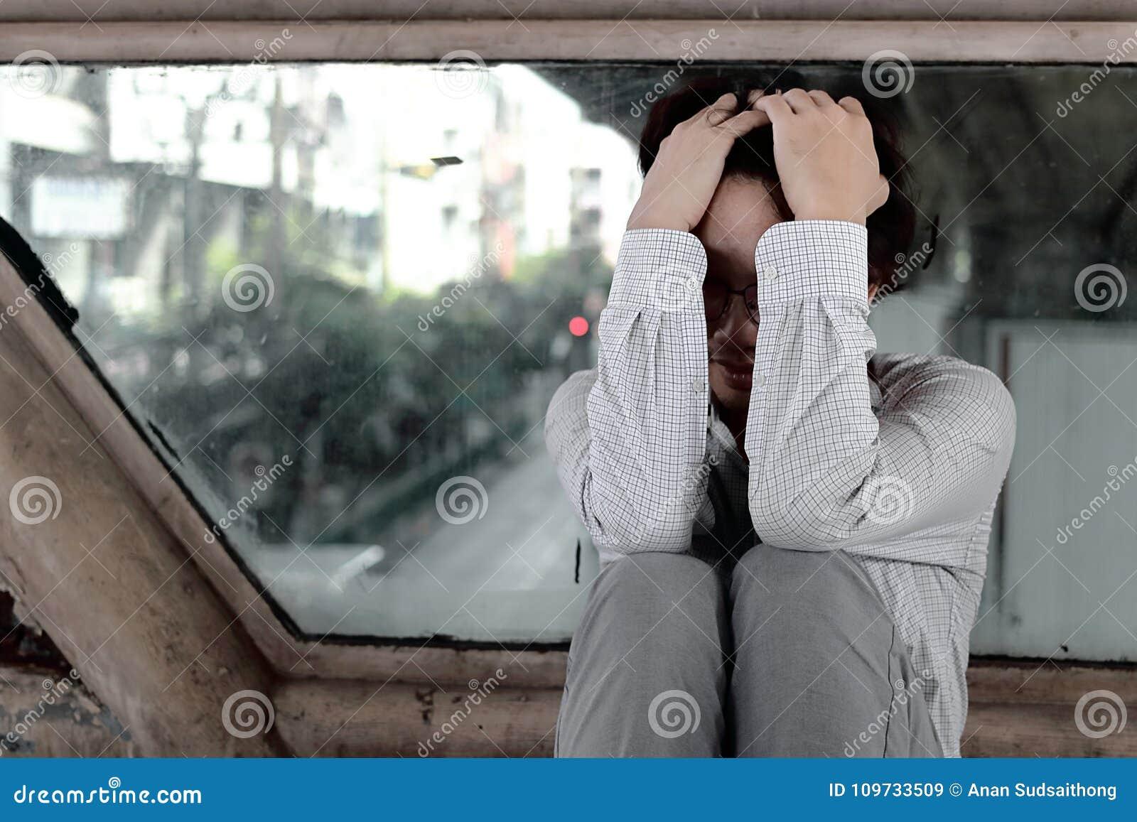 Giovane uomo asiatico sollecitato frustrato stanco di affari con le mani su ansia capa di sensibilità o deludenti con il lavoro